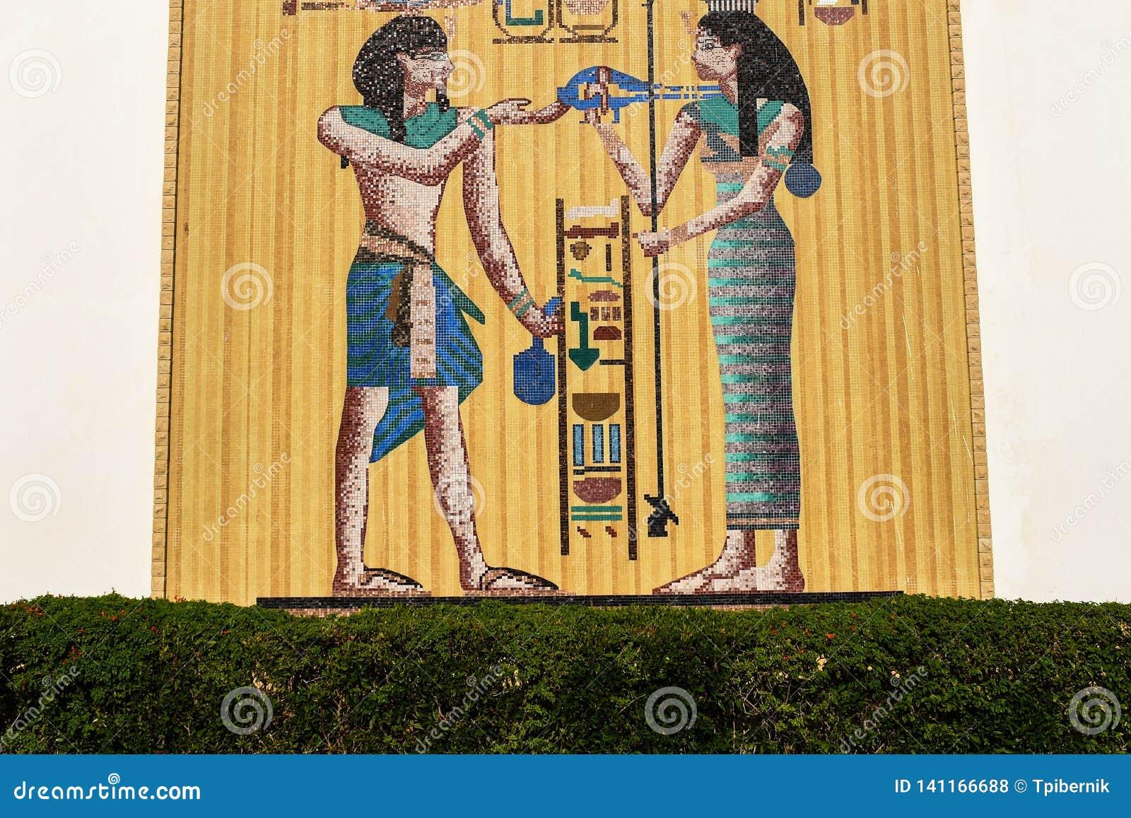 Egypten rörelse- mosaik på en stor vägg som göras av guld- plattor