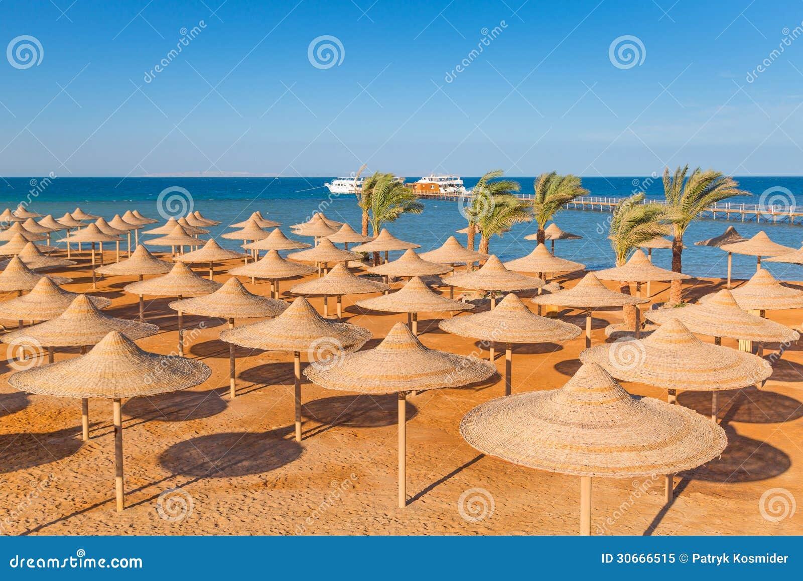 Egyptiska slags solskydd på stranden