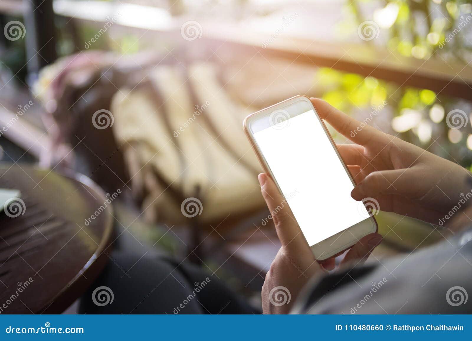 Egzamin próbny ręki chwyta up telefonu komórkowego pusty ekran, biznesowa technologia
