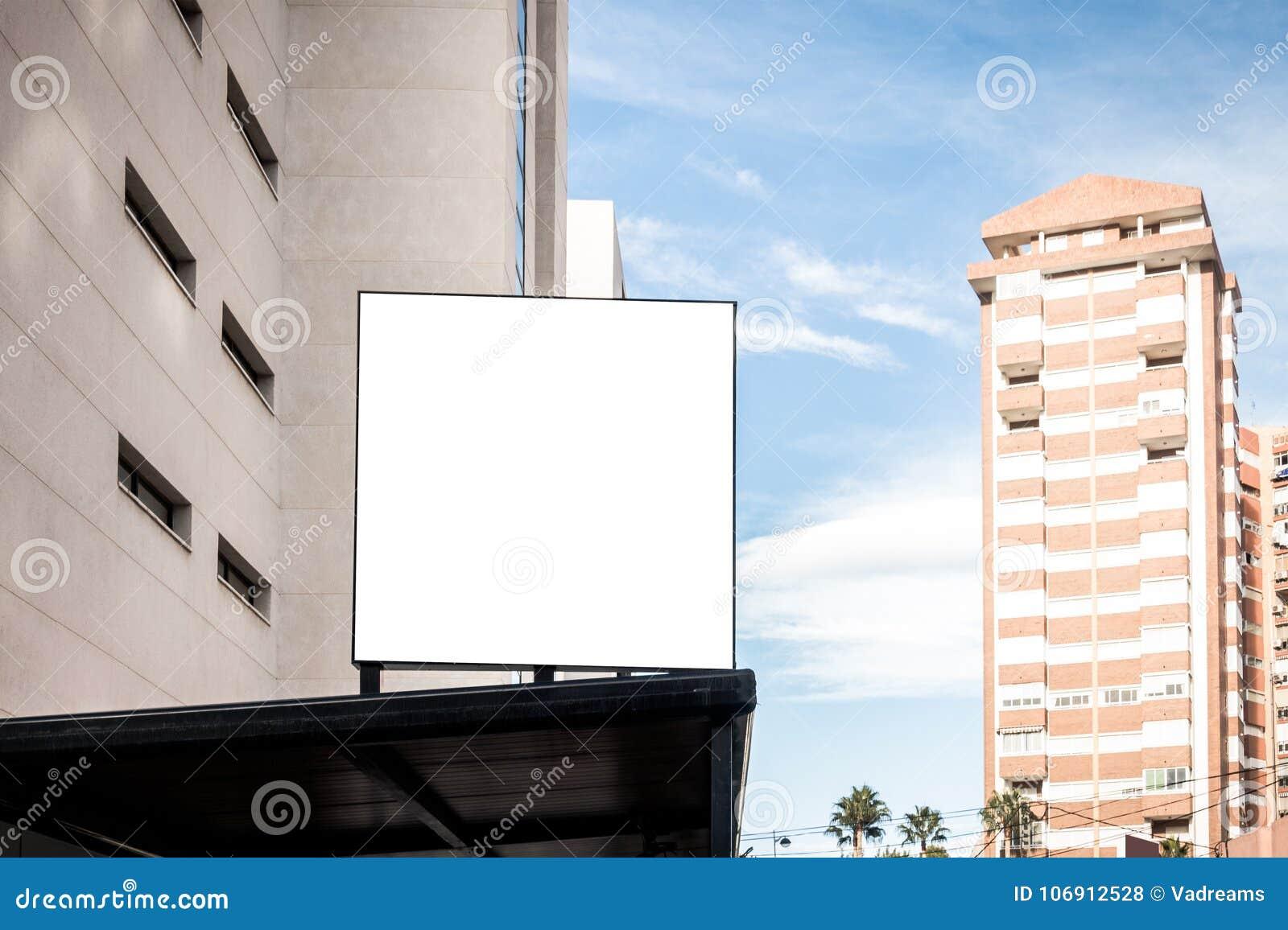 Egzamin próbny Up Pusty billboard outdoors, plenerowa reklama na budynku