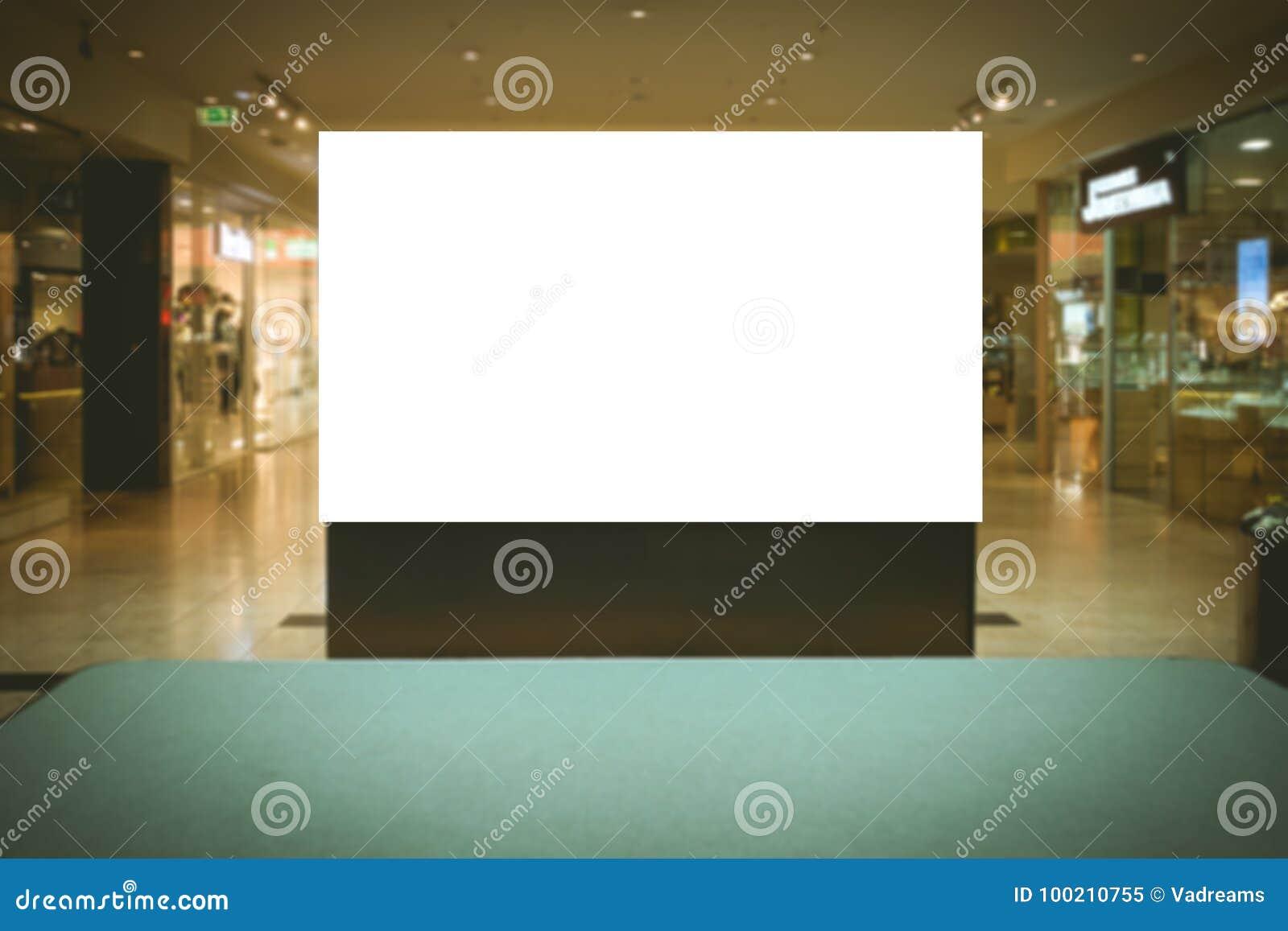Egzamin próbny Up Pusty billboard, reklamuje stojaka w nowożytnym zakupy centrum handlowym