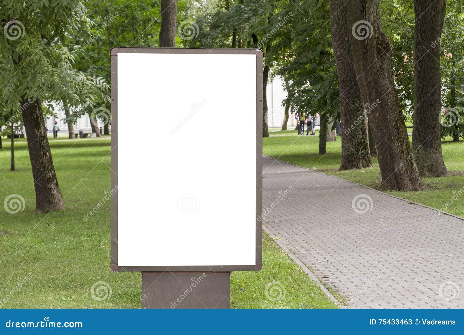 Egzamin próbny Up Pusty billboard z kopii przestrzenią dla twój wiadomości tekstowej lub zawartości informaci publicznej w parku