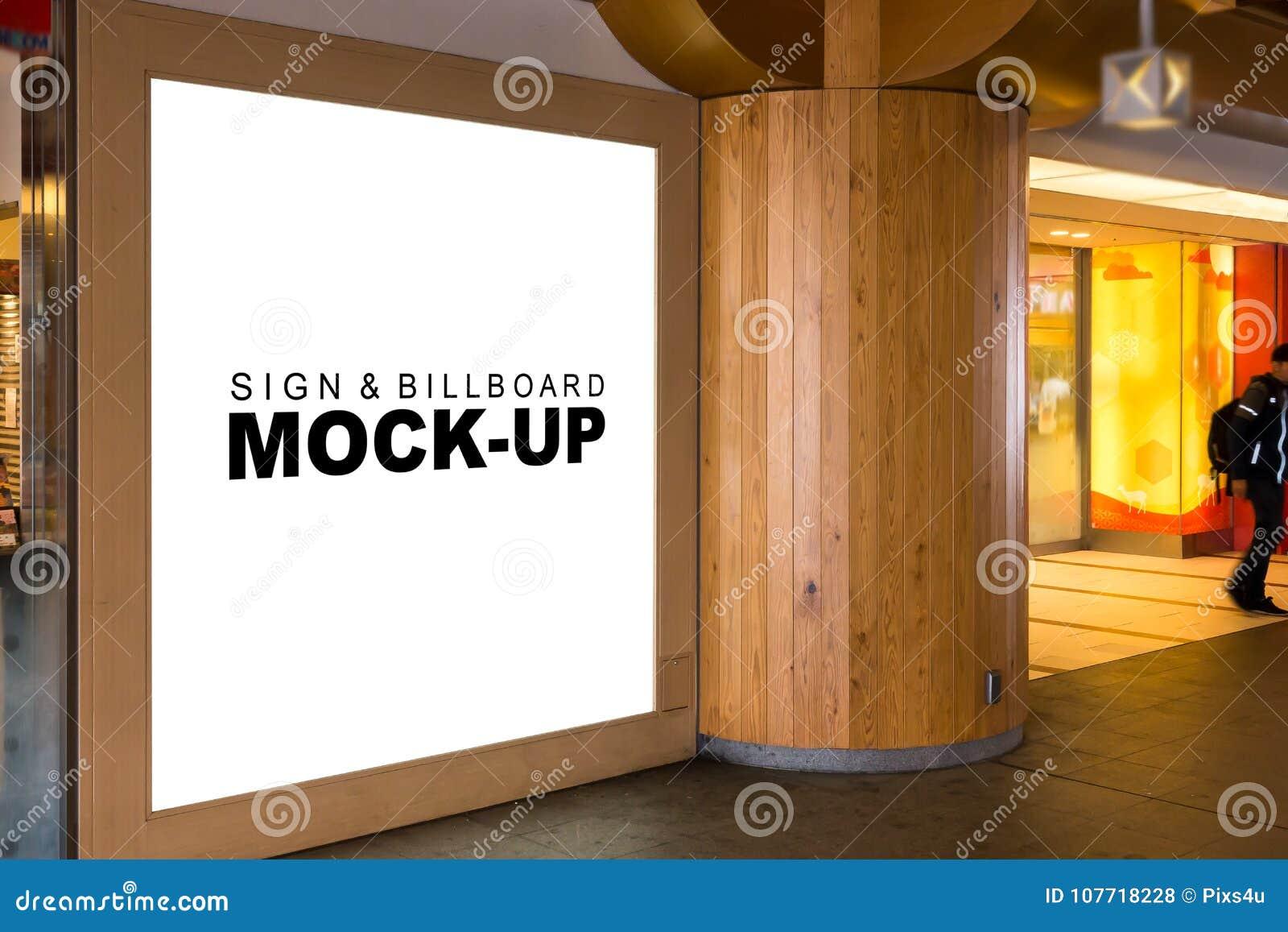 Egzamin próbny w górę wielkiego drewnianego signboard przy zakupy centrum handlowym