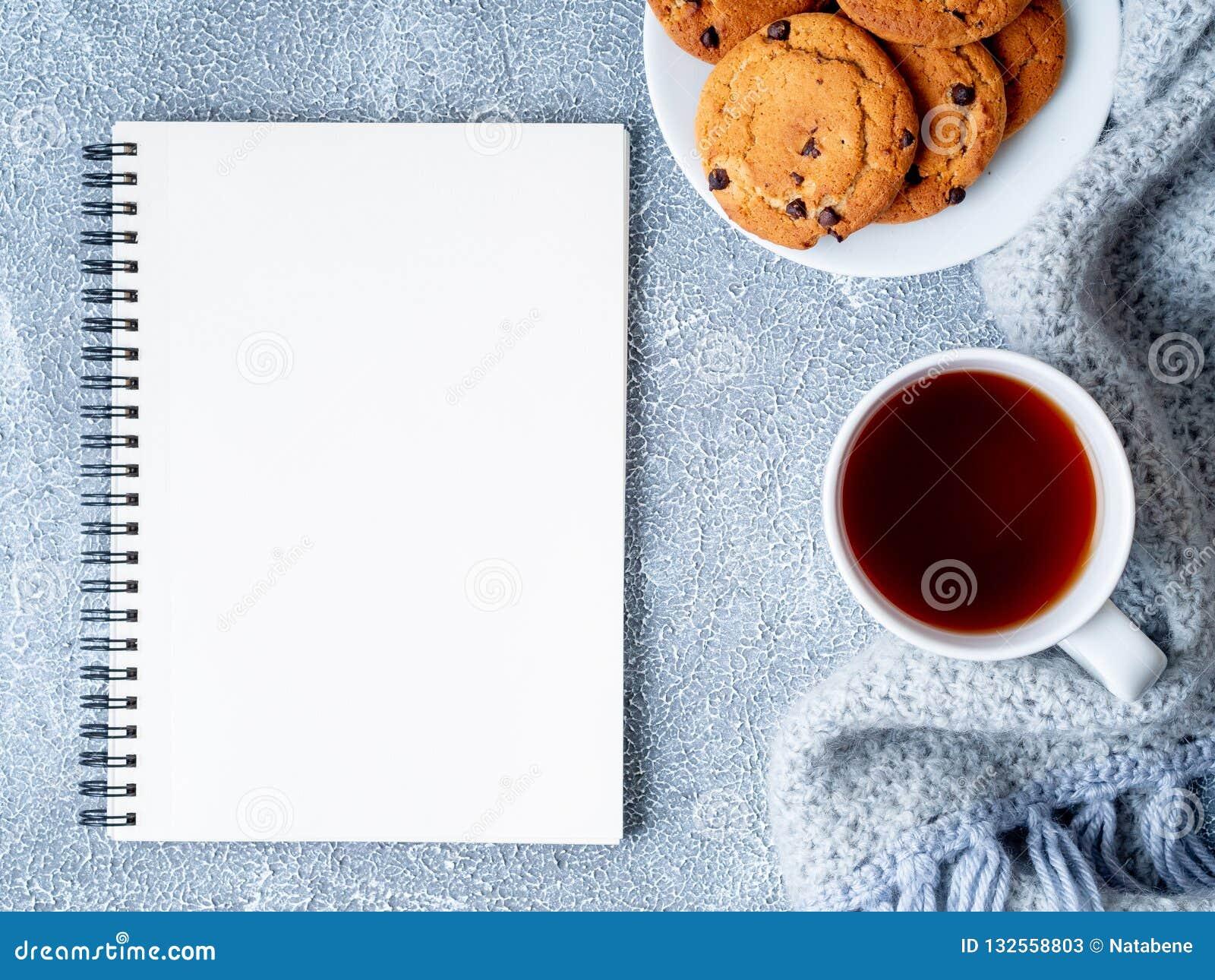 Egzamin próbny z w górę pustego Notepad prześcieradła, herbaty, ciastek i dziający ciepłego,