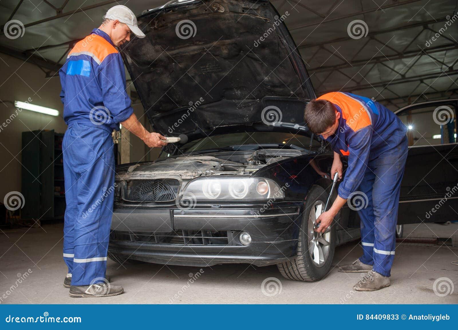 Egzamininować samochód przy auto remontowym sklepem
