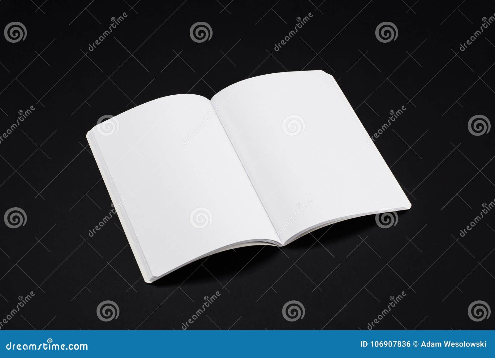 Egzaminu próbnego magazyny, książka lub katalog na czerń stołu tle,