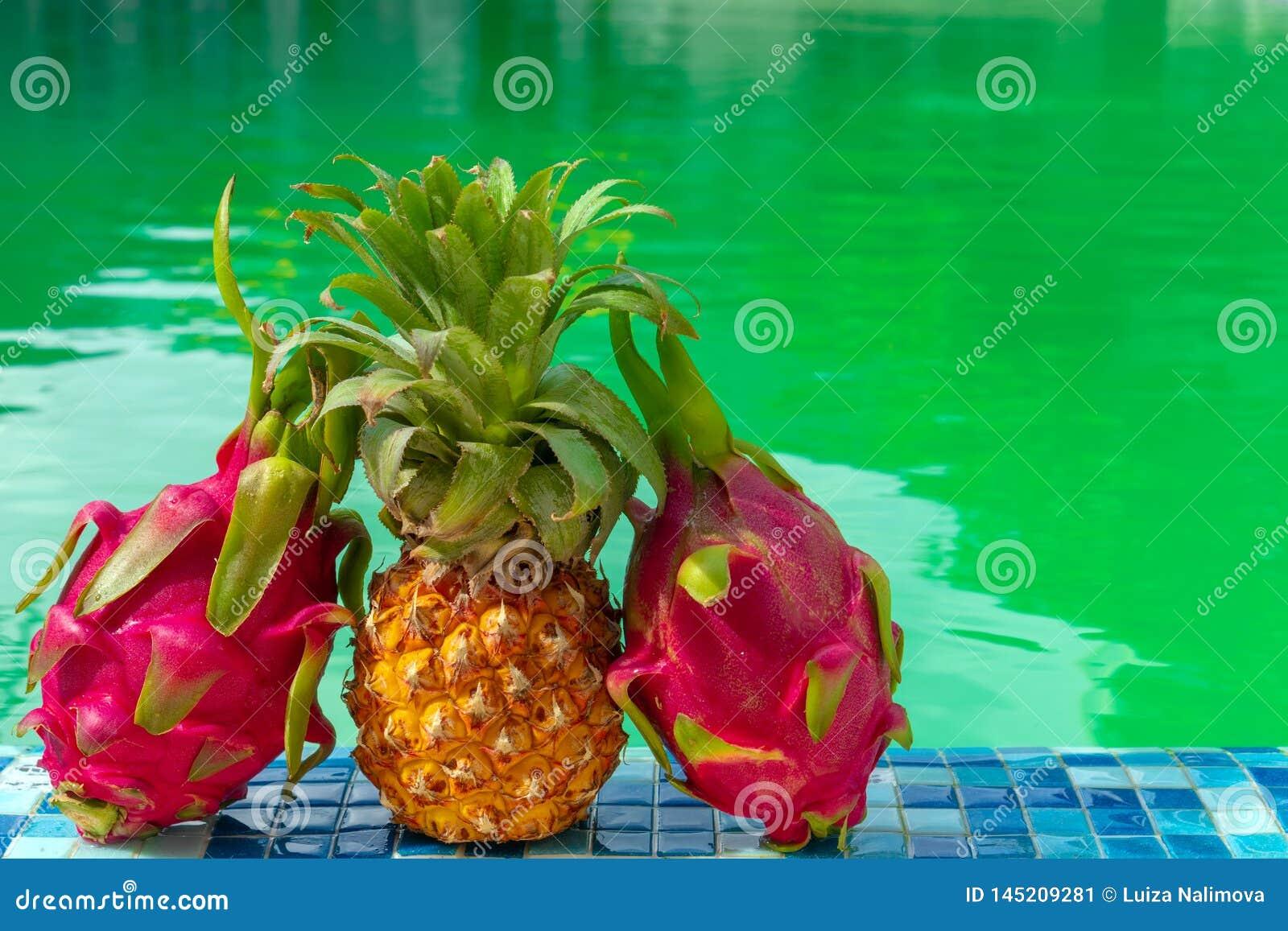 Egzotyczna owoc przeciw tłu basen na słonecznym dniu