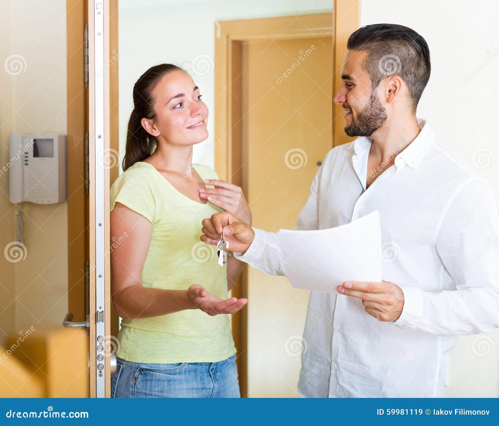 Ehemann, der die Schlüssel zur Wohnung gibt