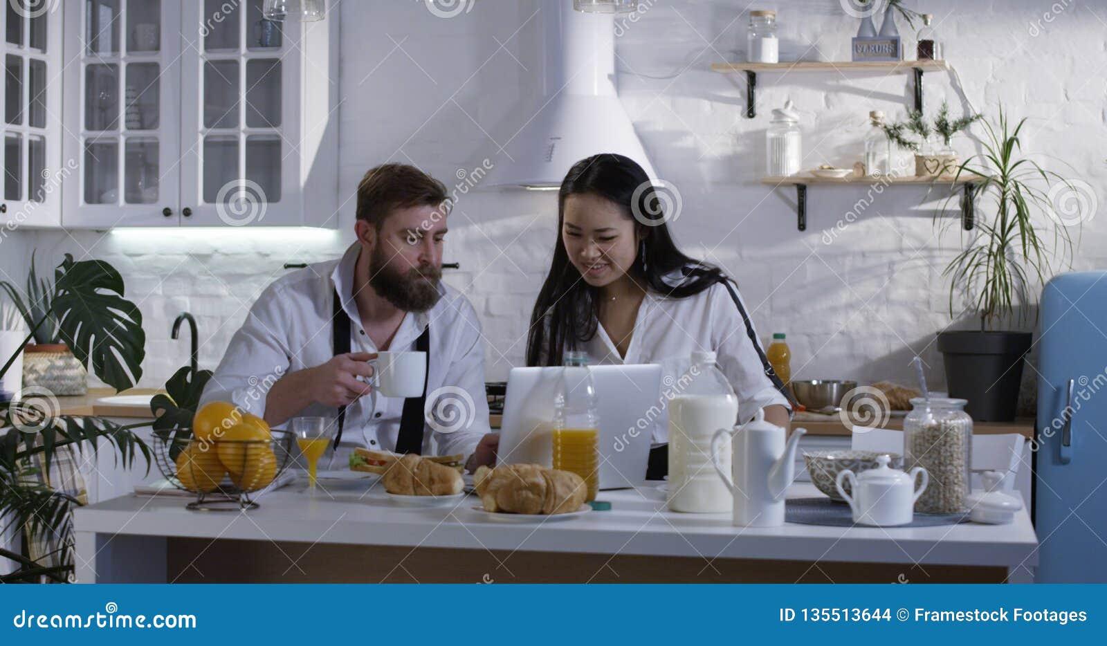 Ehefrau teilt Ehemann Mann