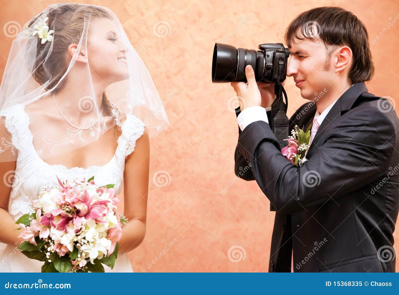 Ehemann, der Foto seiner Frau macht
