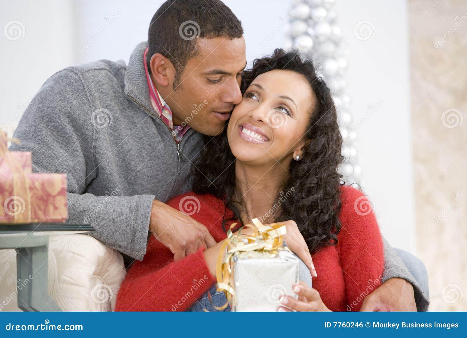 Ehemann Und Frau, Die Weihnachtsgeschenke Austauschen Stockfoto ...