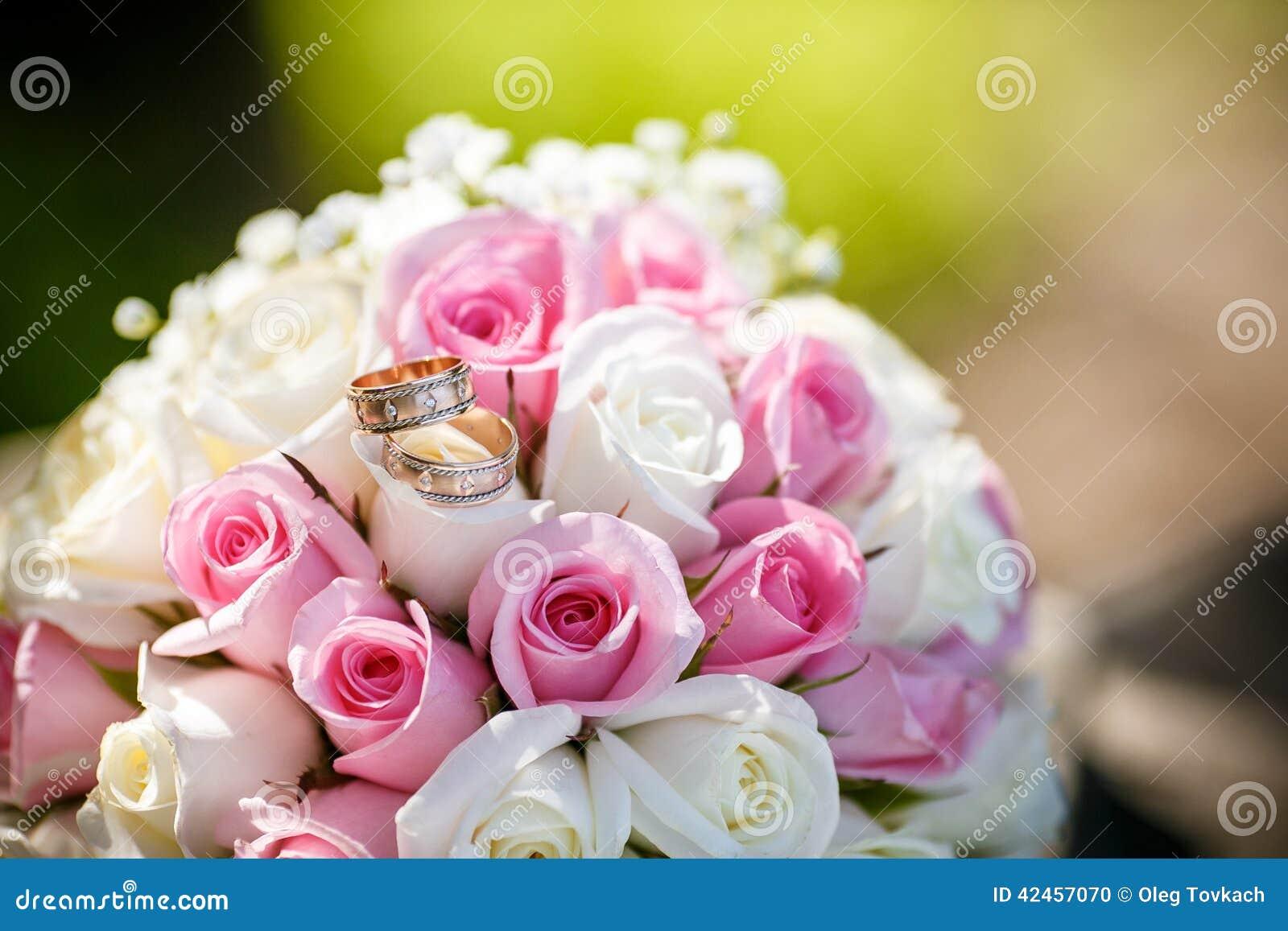 Eheringe auf Rosen blüht