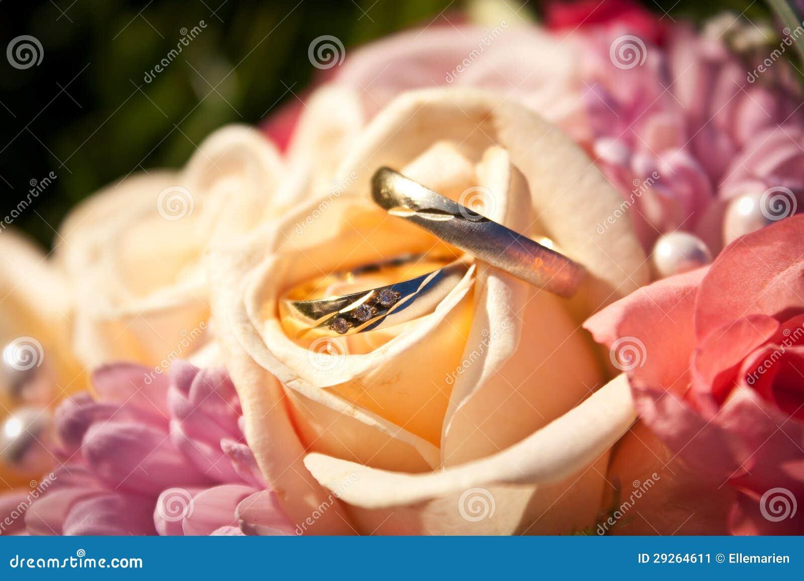 Eheringe in einem Hochzeitsblumenstrauß