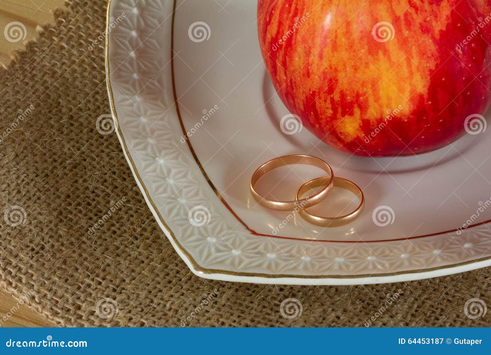 Eheringe und rotes reifes Apple