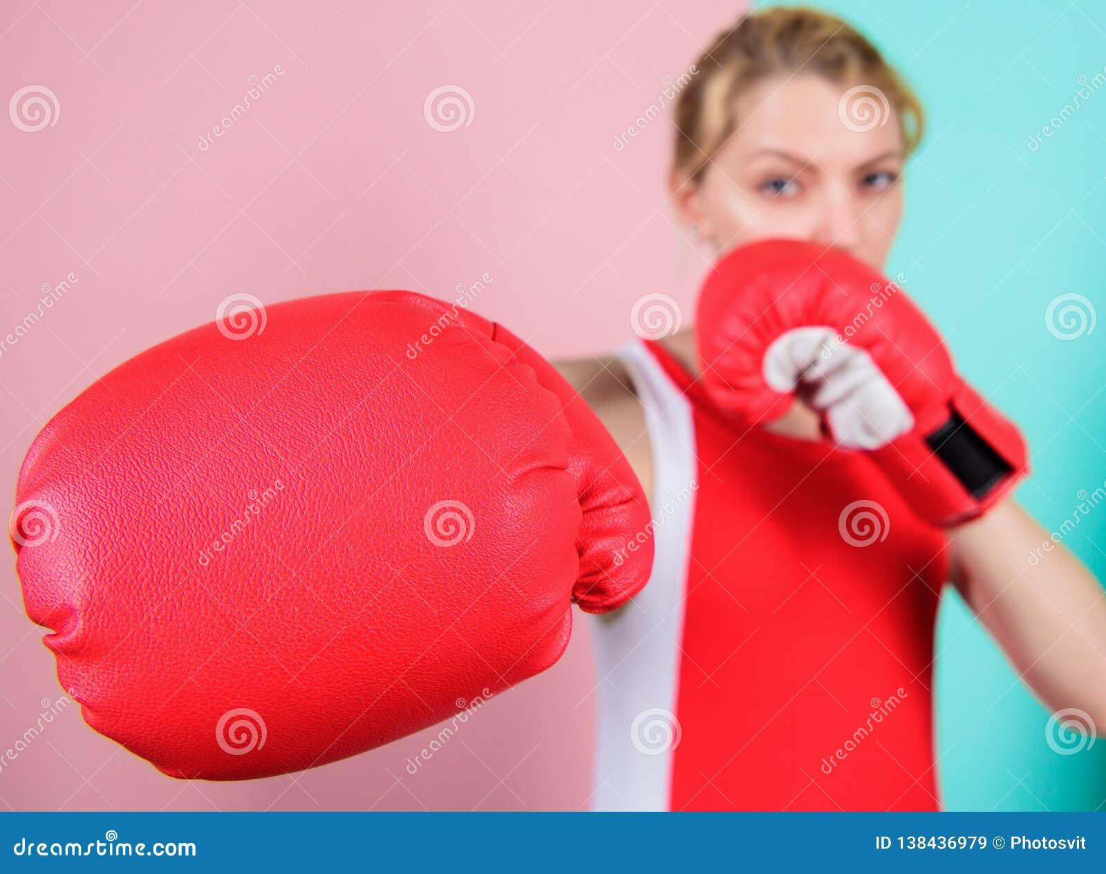 Ehrgeizige Mädchenkampfboxhandschuhe Weibliche Rechte Ich werde Sie weg treten Überzeugt in ihrer boxenden Fähigkeit verpacken