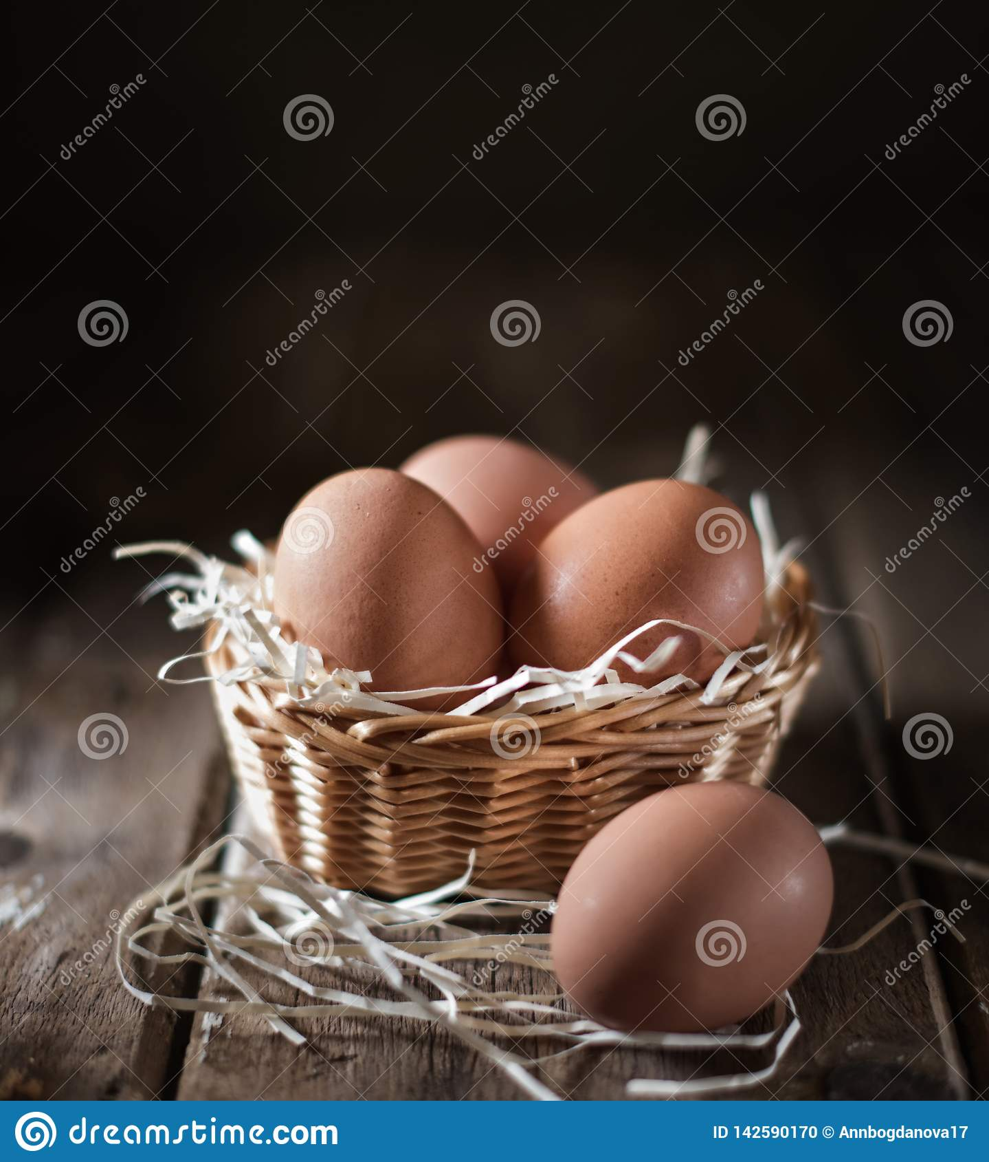 Ei in een rieten mand op een rustieke lijst