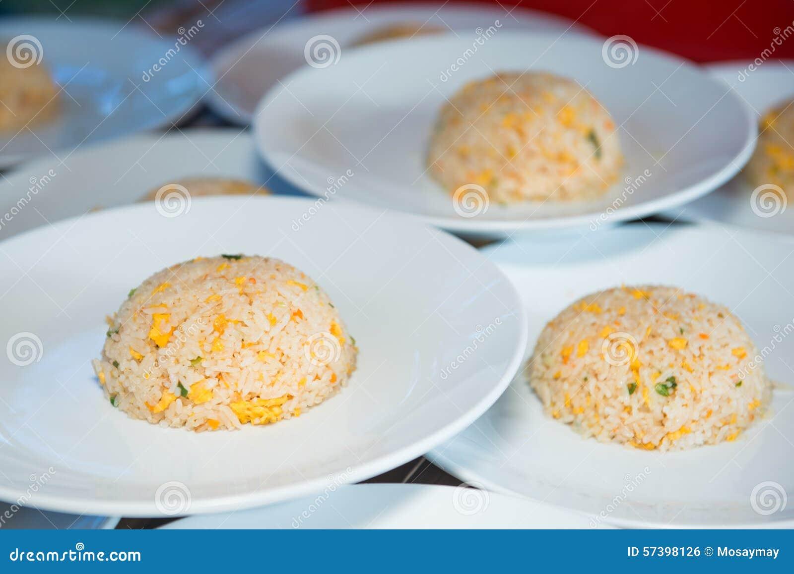 Ei gebraden rijst op witte schotel