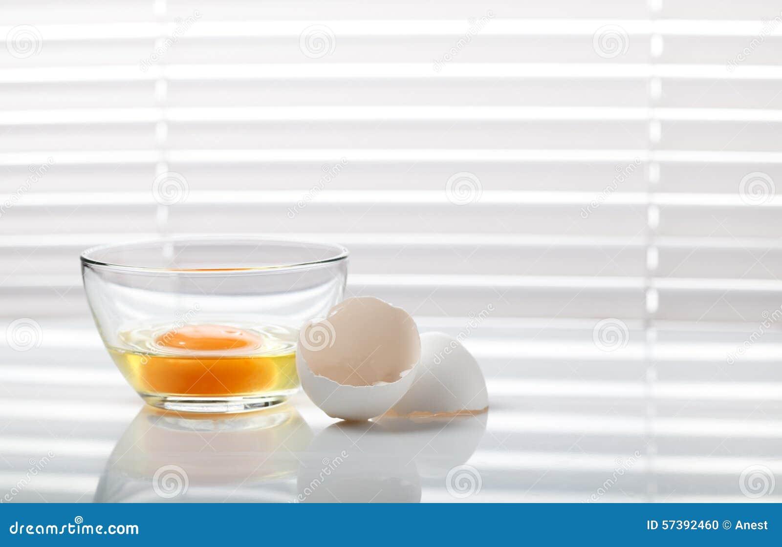 Ei in kom en eierschaal