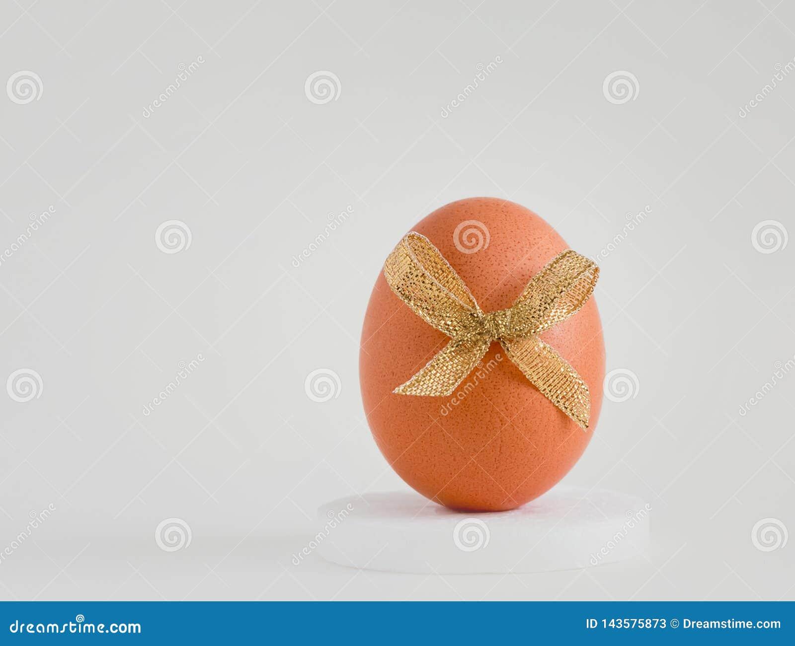 Ei met een decor op een witte achtergrond