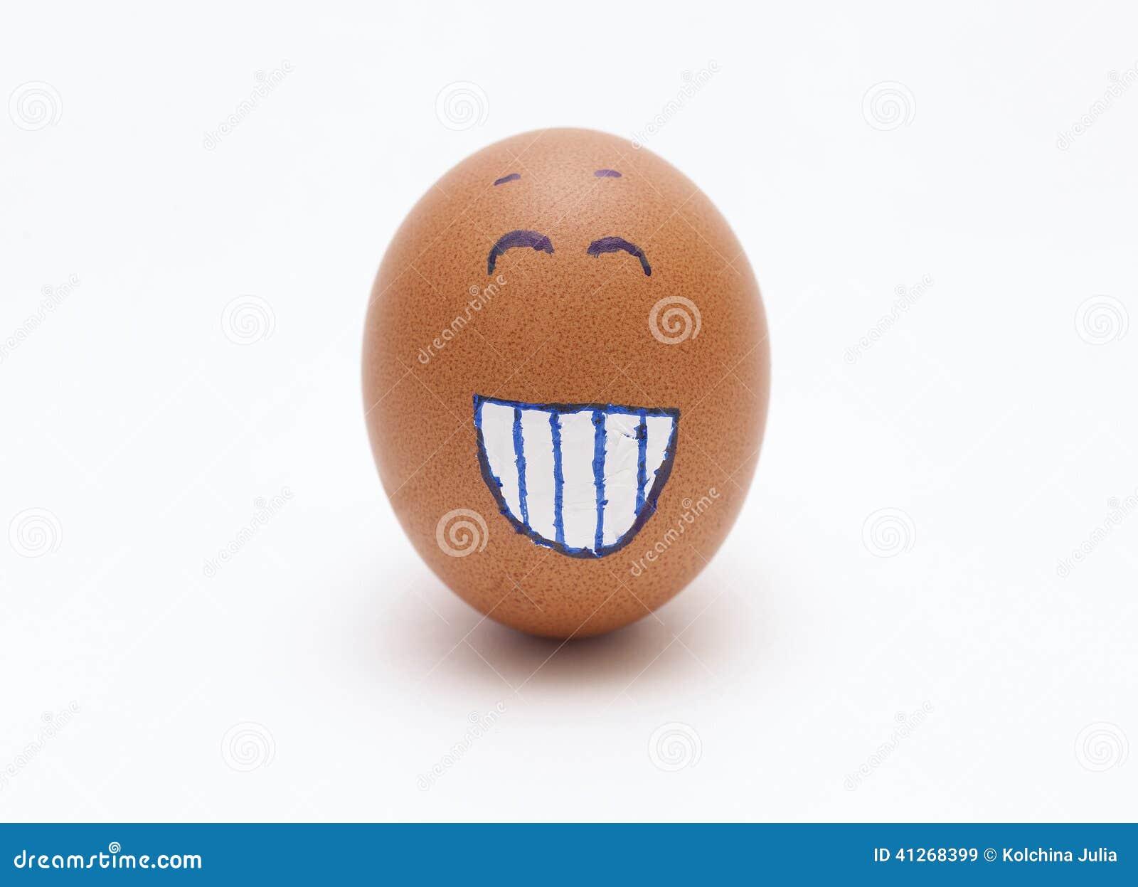Ei met een gelukkig gezicht