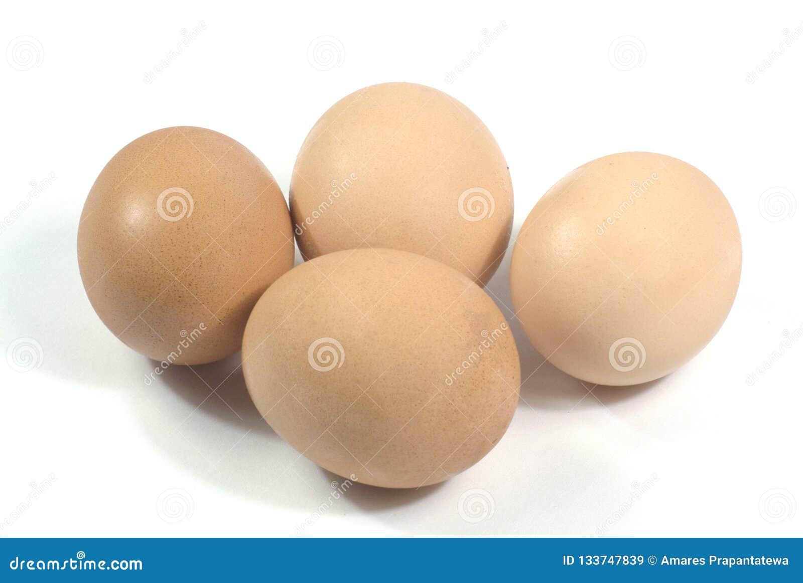 Eier der Nahaufnahme vier lokalisiert auf weißem Hintergrund mit Beschneidungspfad