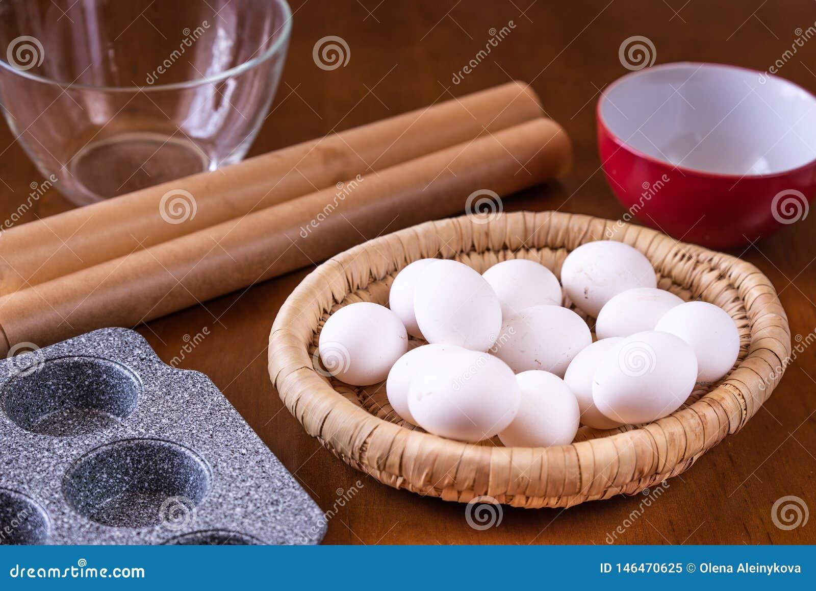 Eier im Korb und in der Backform