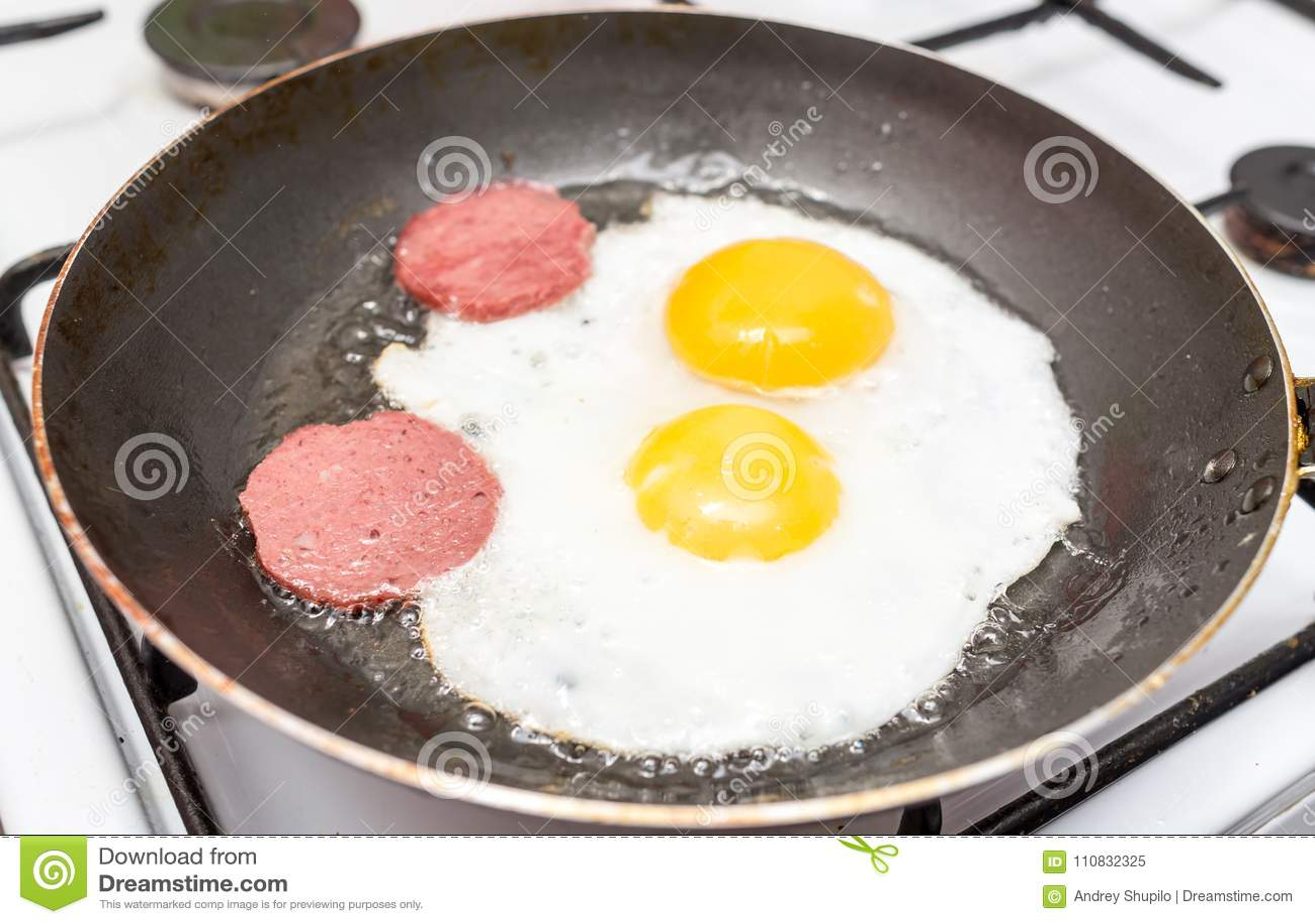 Eieren en worst op pan