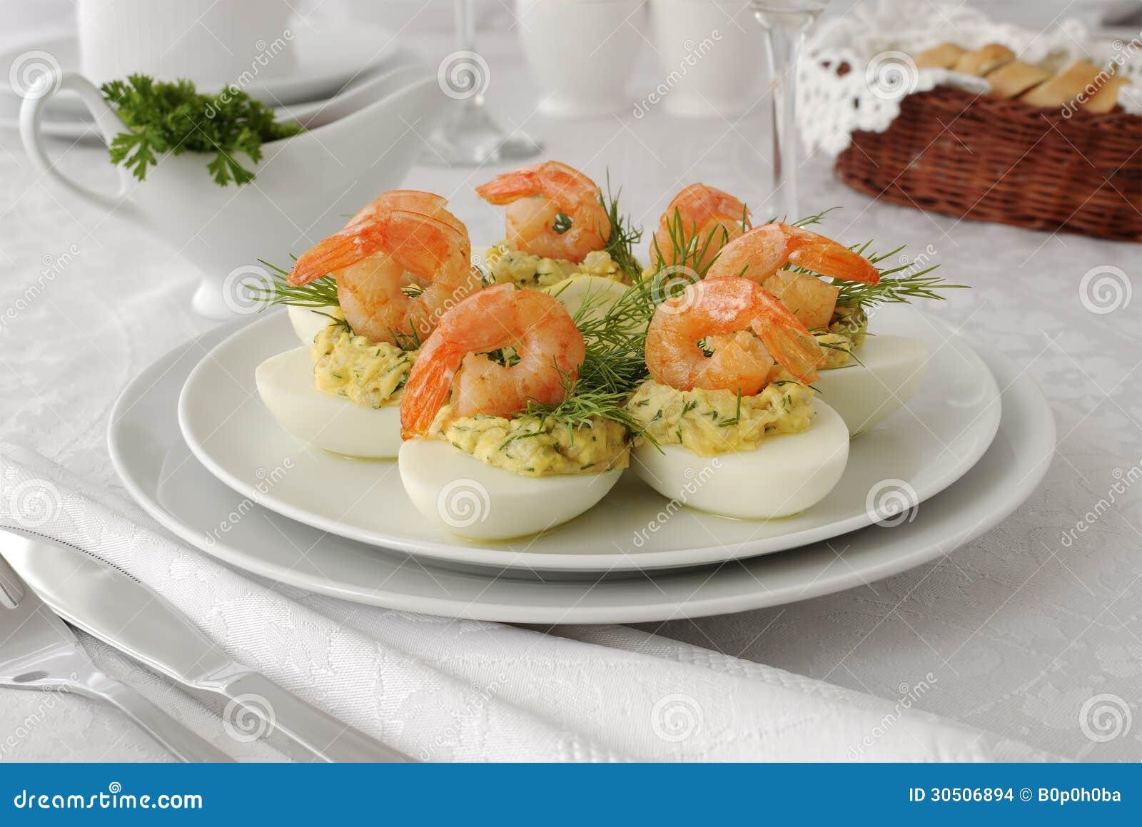 Eieren met kruidige garnalen worden gevuld die