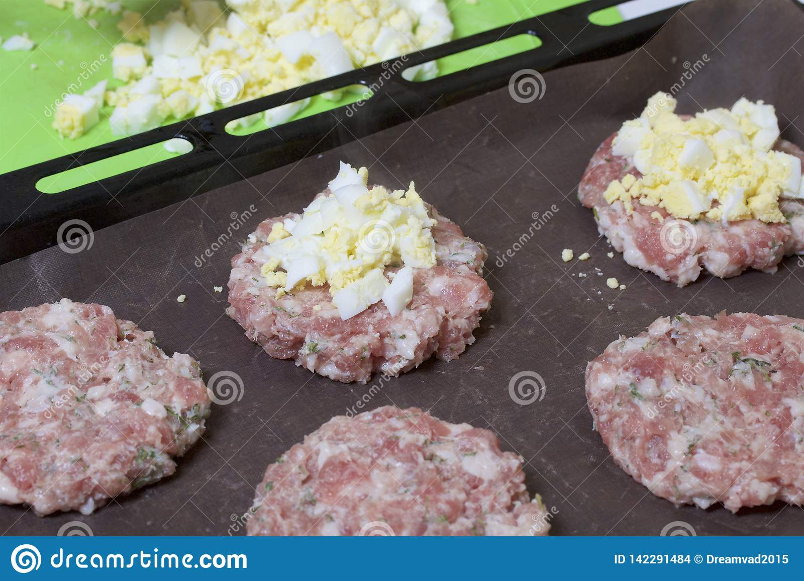 Eieren van de vrouwen de verbrijzeling gekookte kip Gehaktlapjes vlees met aardappels, eieren en kaas Kokende stappen en ingredië
