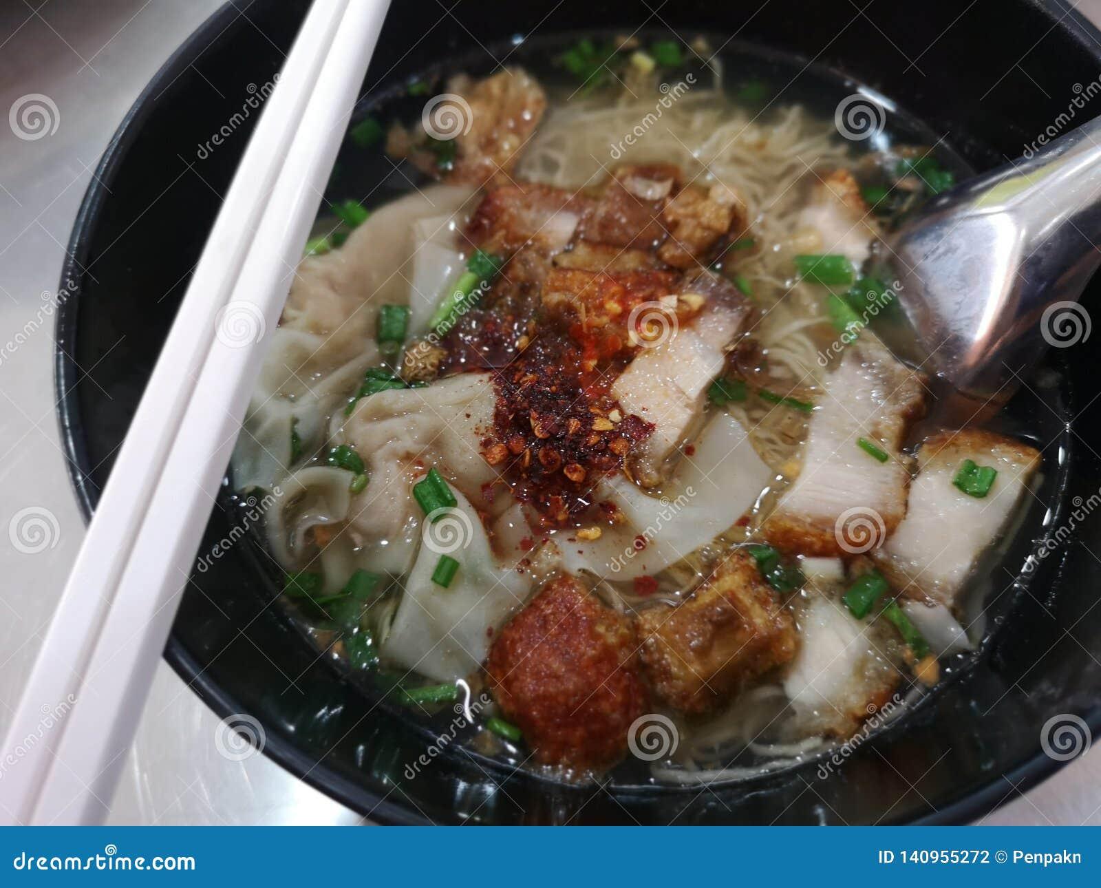 Eiernudel und Wontonsuppe mit dem rispy Bauchschweinefleisch knusperig