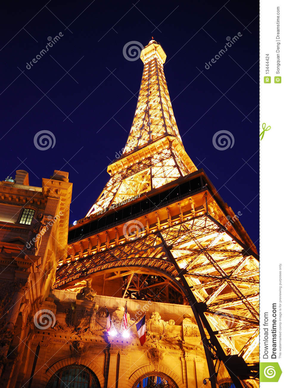 Eiffel tower of paris hotel in las vegas at night for Hotel close to eiffel tower paris