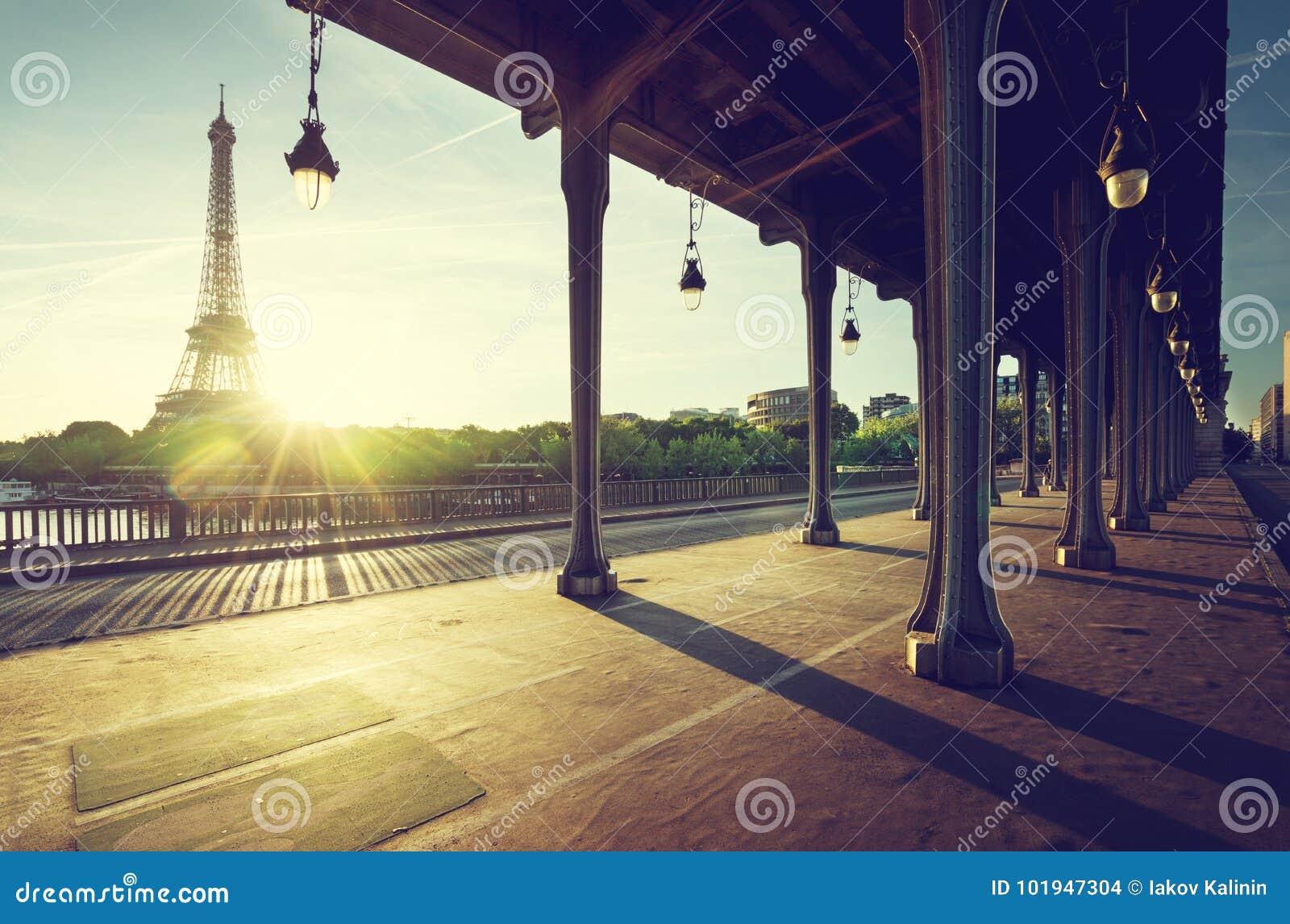 Eiffeltorn från bron för metall Bir-Hakeim i morgonen