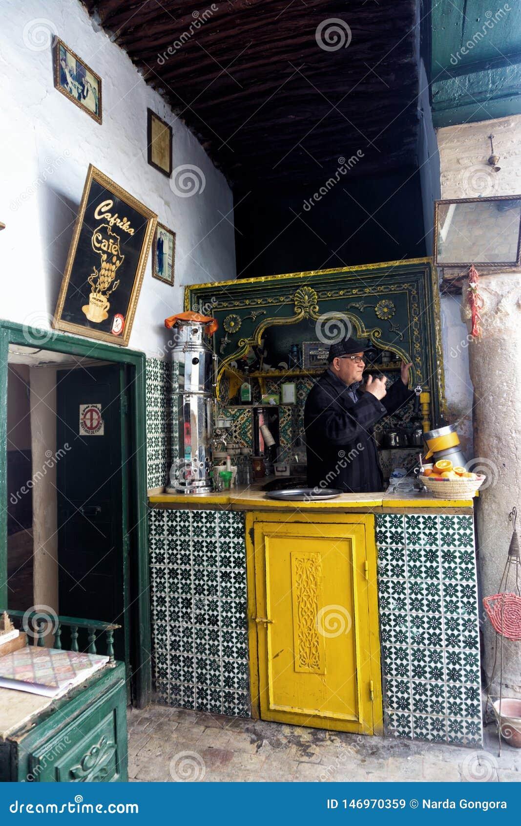 Eigenaar van koffiewinkel binnen in Kairouan, Tunesië