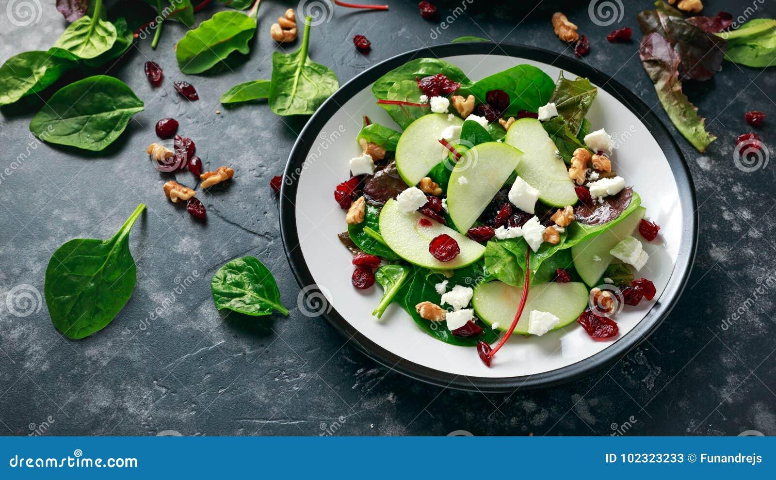 Eigengemaakt Autumn Apple Cranberry Salad met okkernoot, feta-kaas en groenten