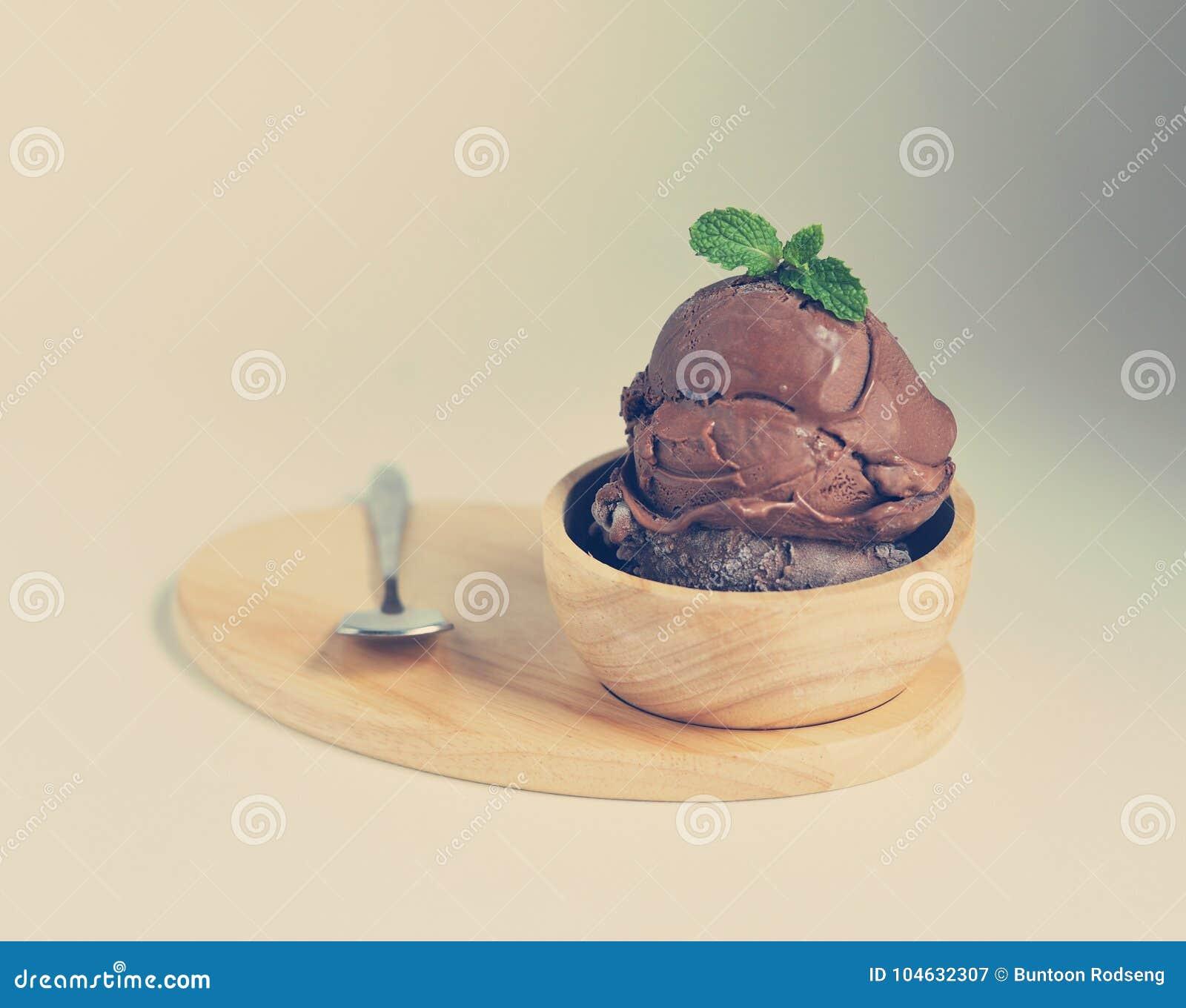 Download Eigengemaakt Chocoladeroomijs Met Munt In Kom Eigengemaakte Organisch Stock Afbeelding - Afbeelding bestaande uit lepel, koude: 104632307