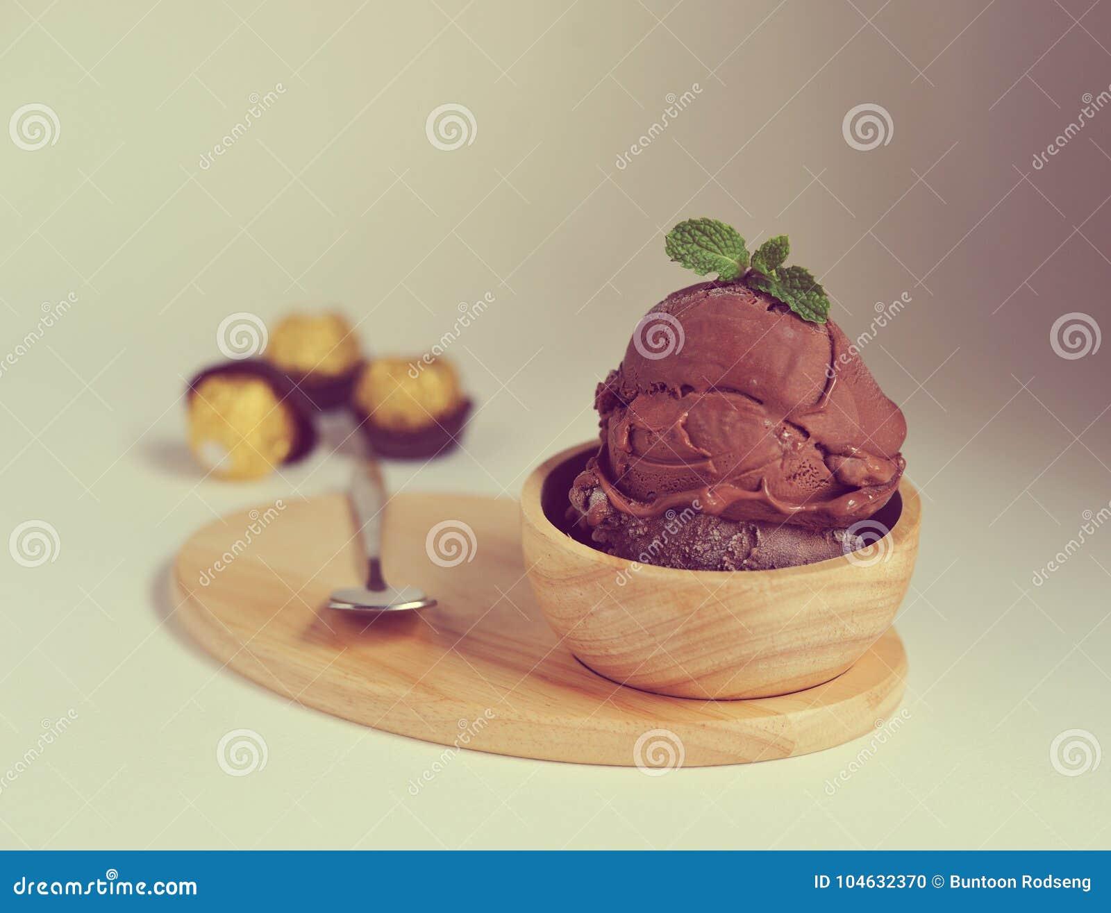 Download Eigengemaakt Chocoladeroomijs Met Munt In Kom Eigengemaakte Organisch Stock Foto - Afbeelding bestaande uit product, aardbei: 104632370
