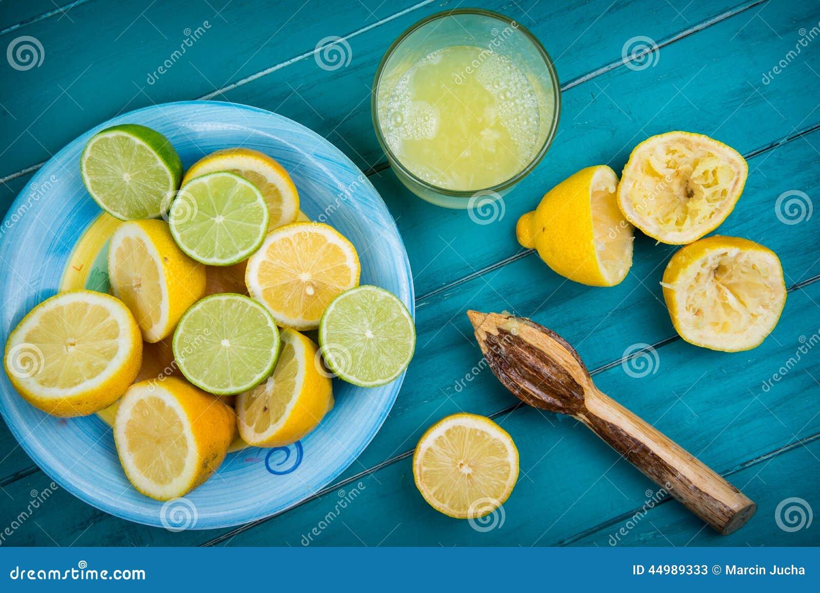 Eigengemaakt organisch vers citroen gedrukt sap