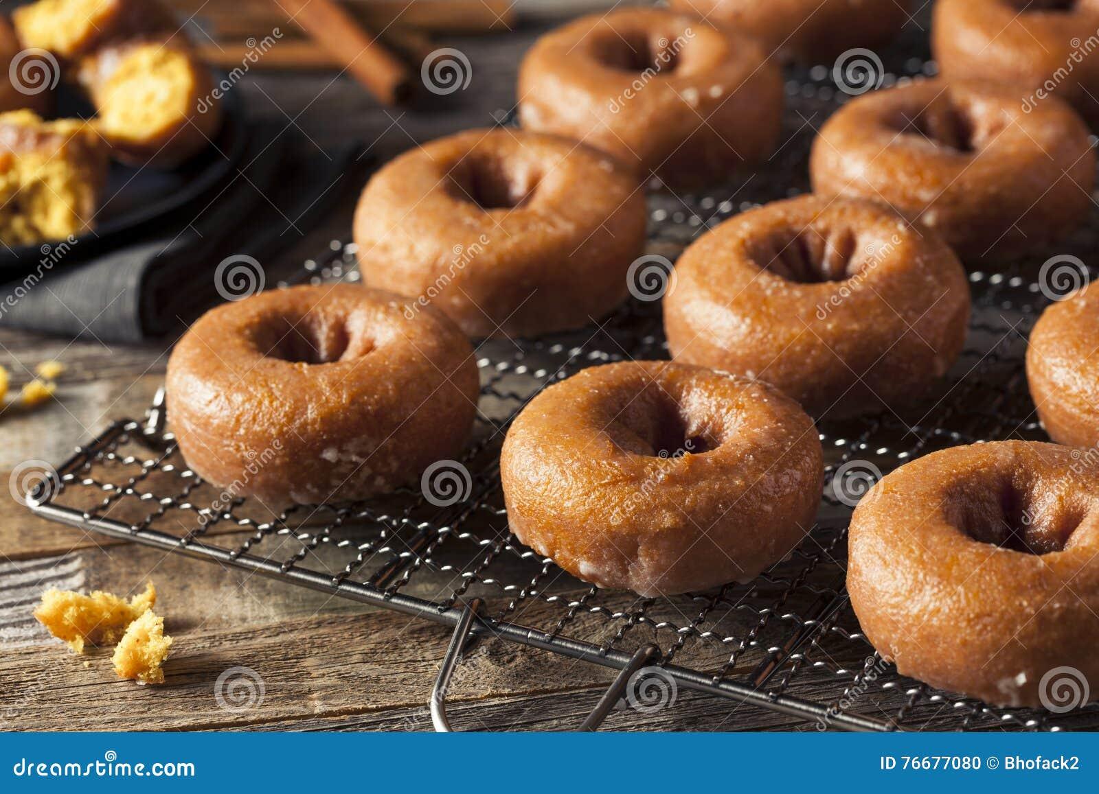 Eigengemaakt Verglaasd Autumn Pumpkin Donuts