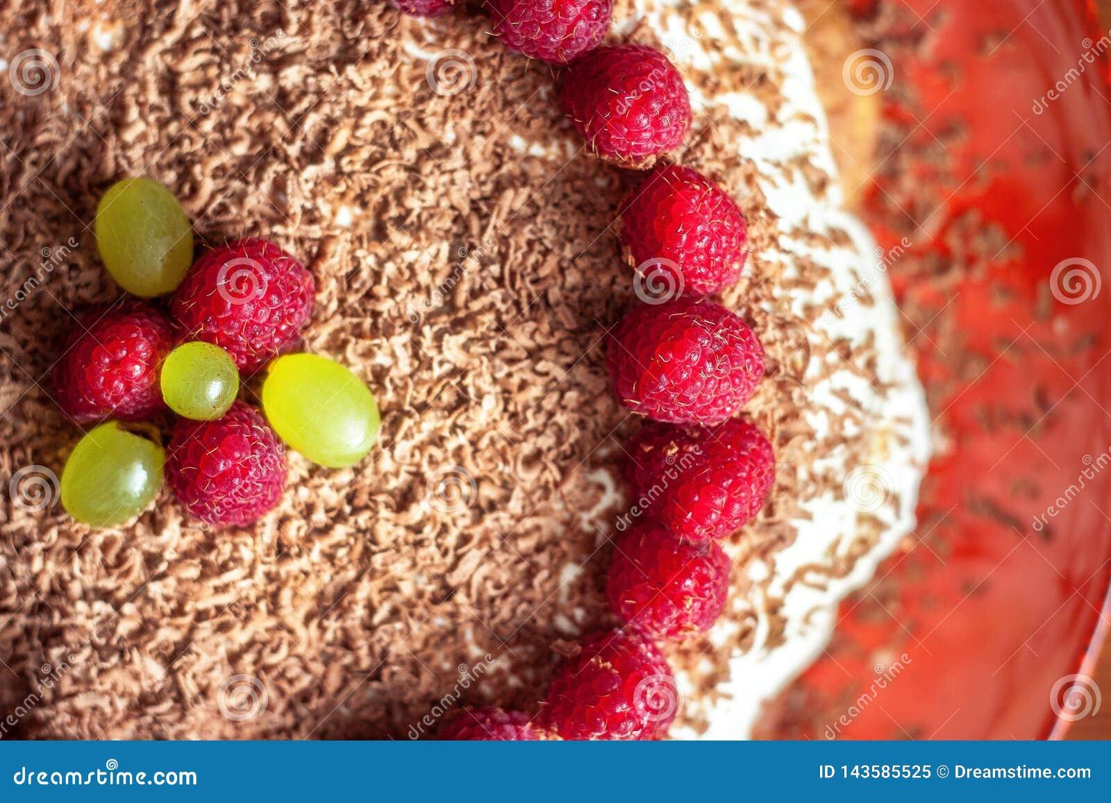 Eigengemaakte cake met framboos en chocoladeclose-up