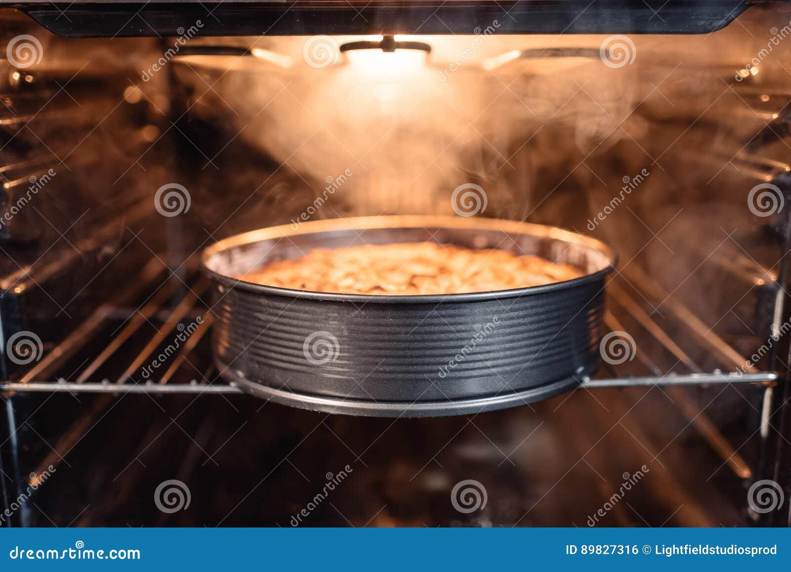 Eigengemaakte cake in oven