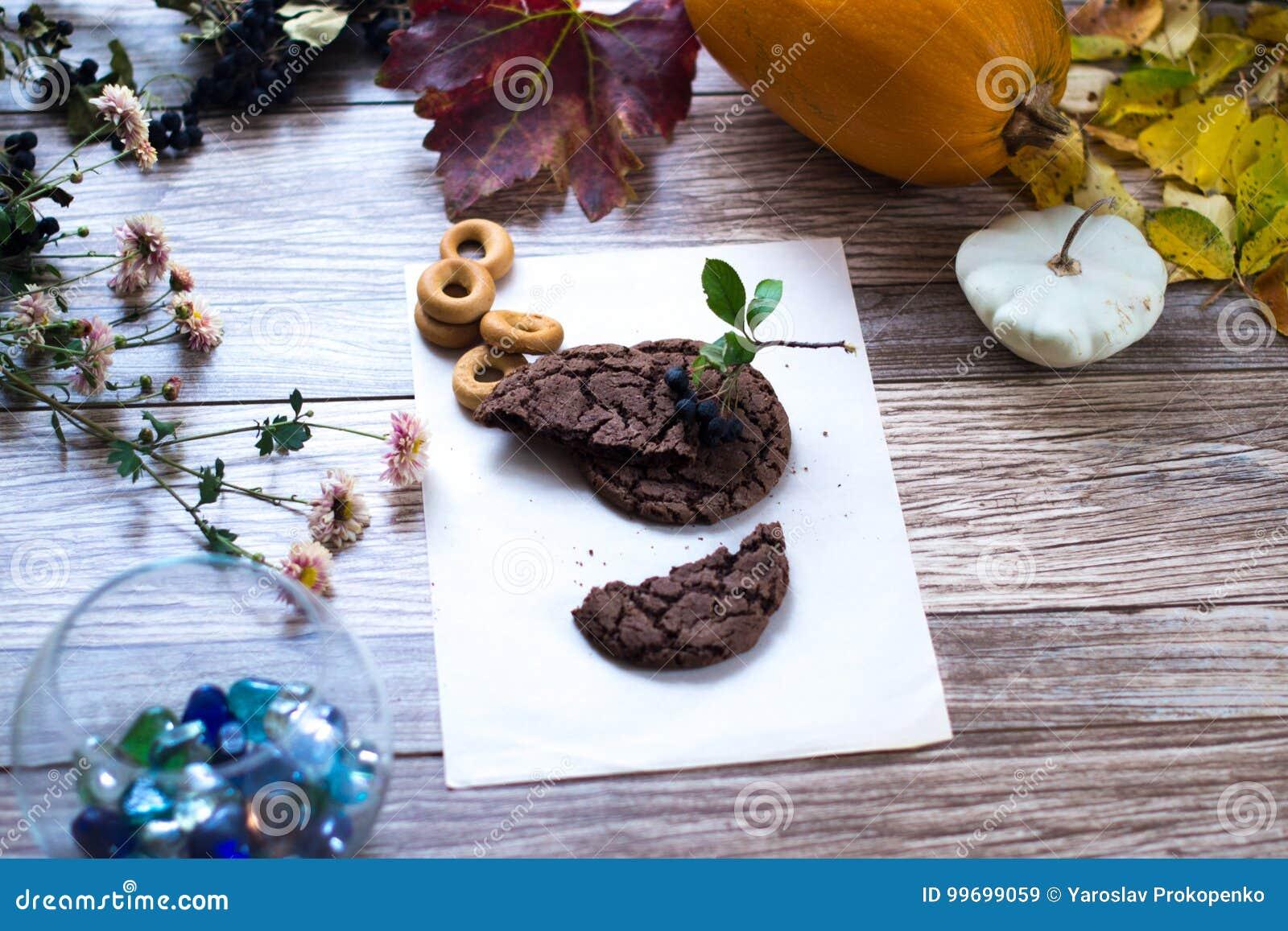 Eigengemaakte cakes, cake op een houten achtergrond