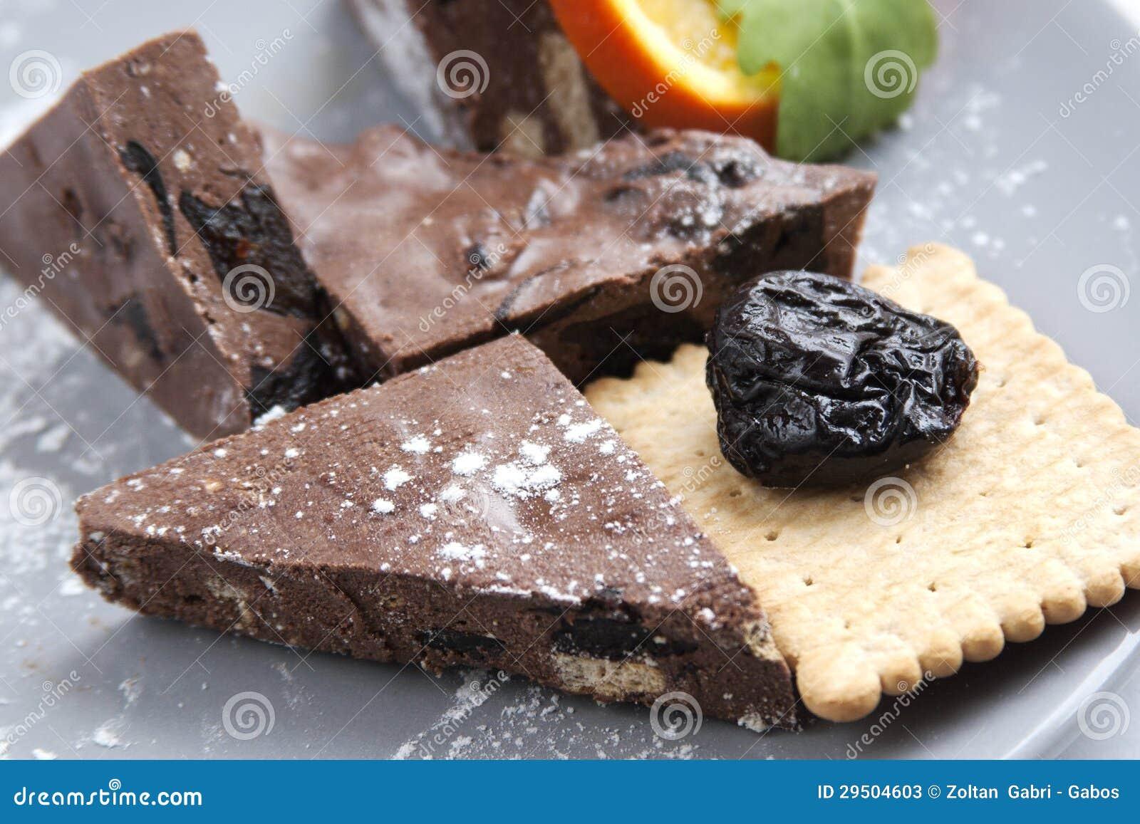 Eigengemaakte chocolade met koekje en pruimen
