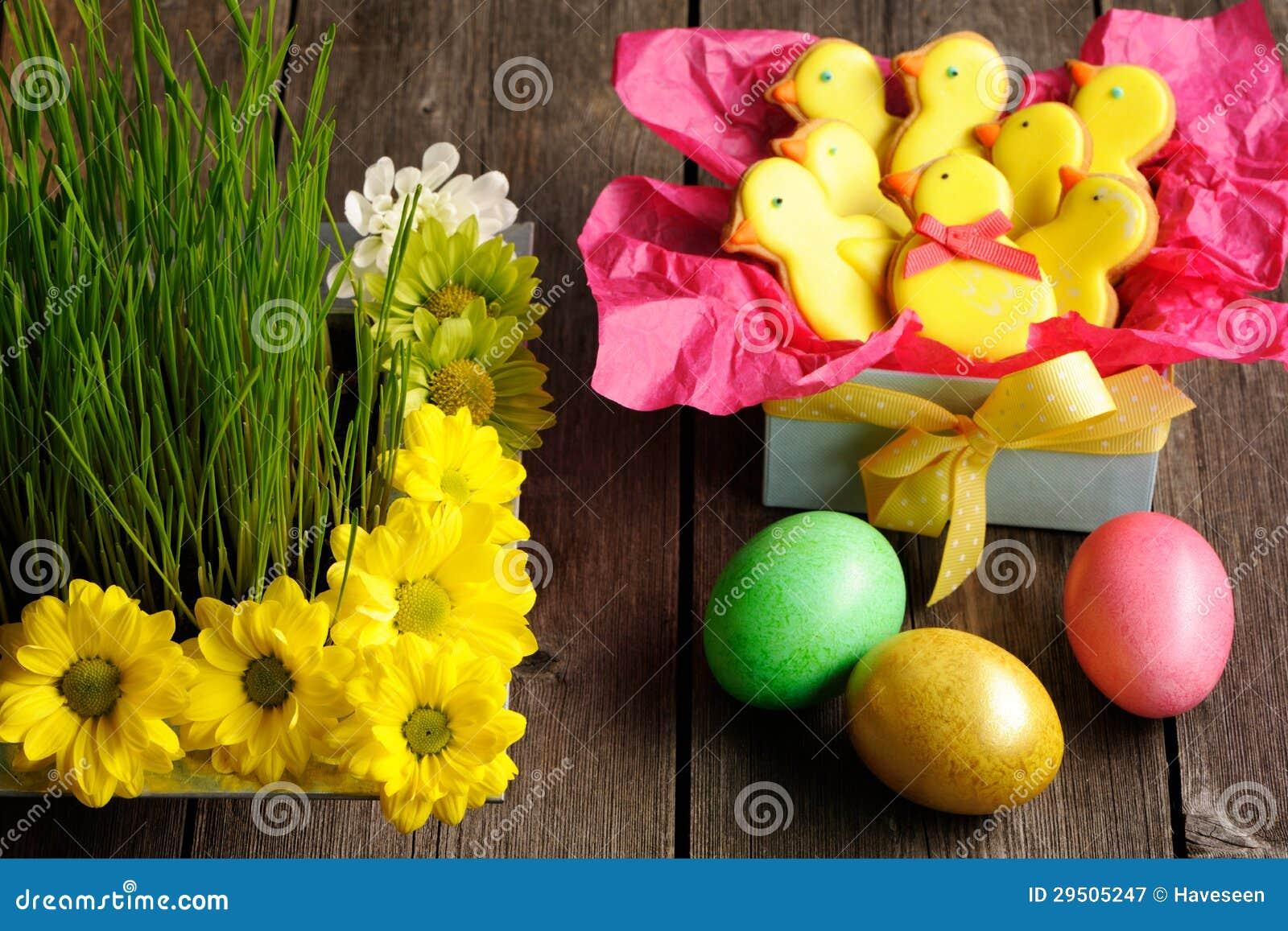 Eigengemaakte de peperkoekkoekje en eieren van Pasen