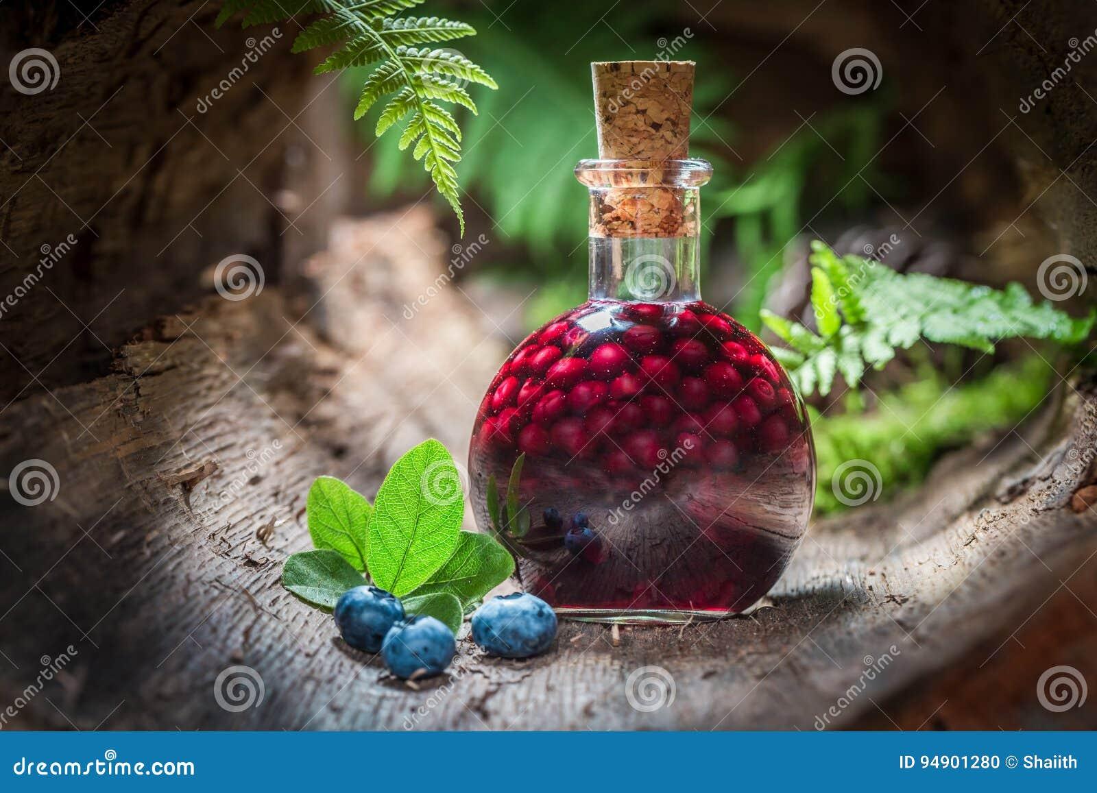 Eigengemaakte die likeur van bosbessen en alcohol wordt gemaakt
