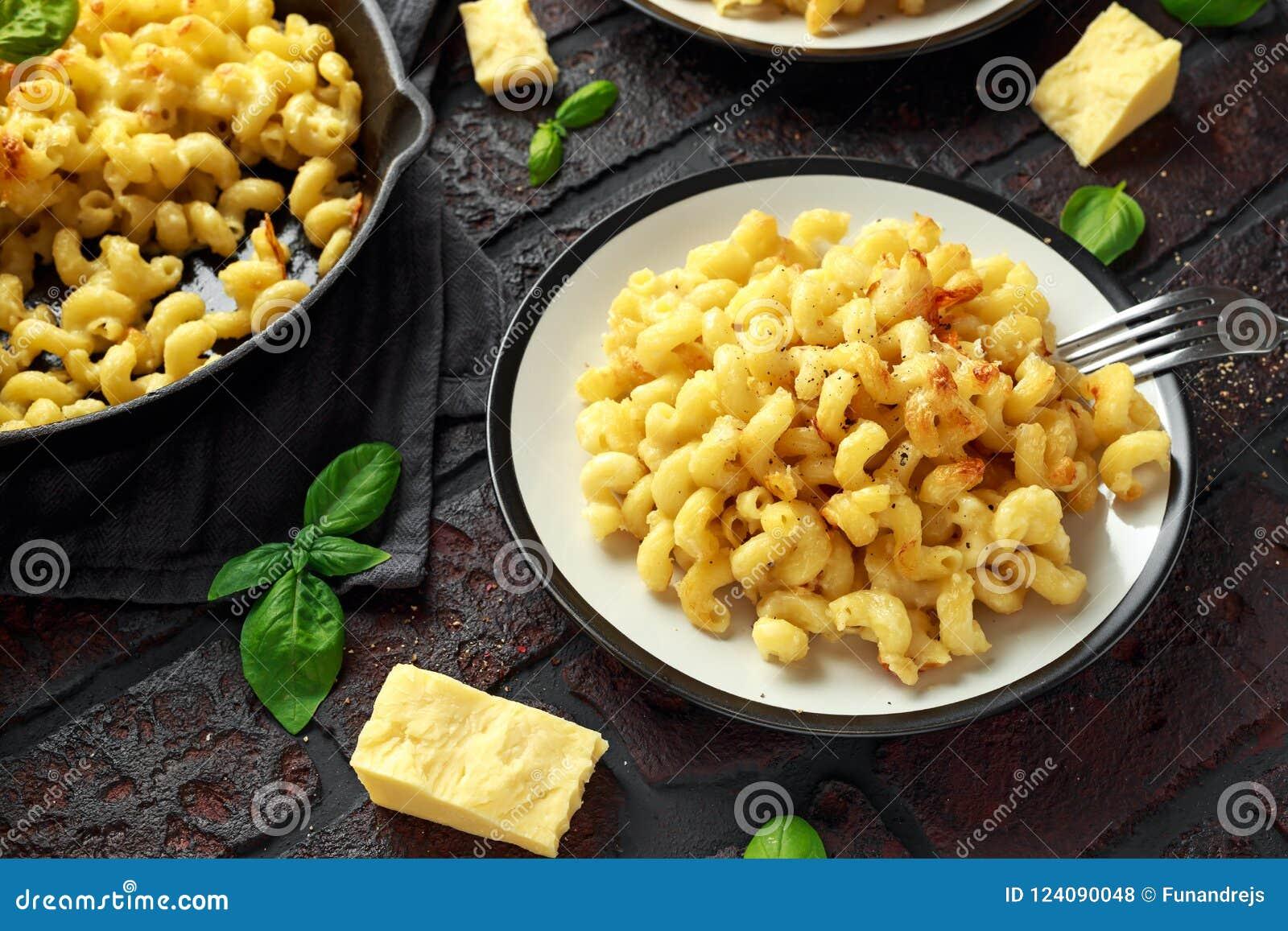 Eigengemaakte gebakken die macaroni en kaas met cheddar op plaat wordt gediend