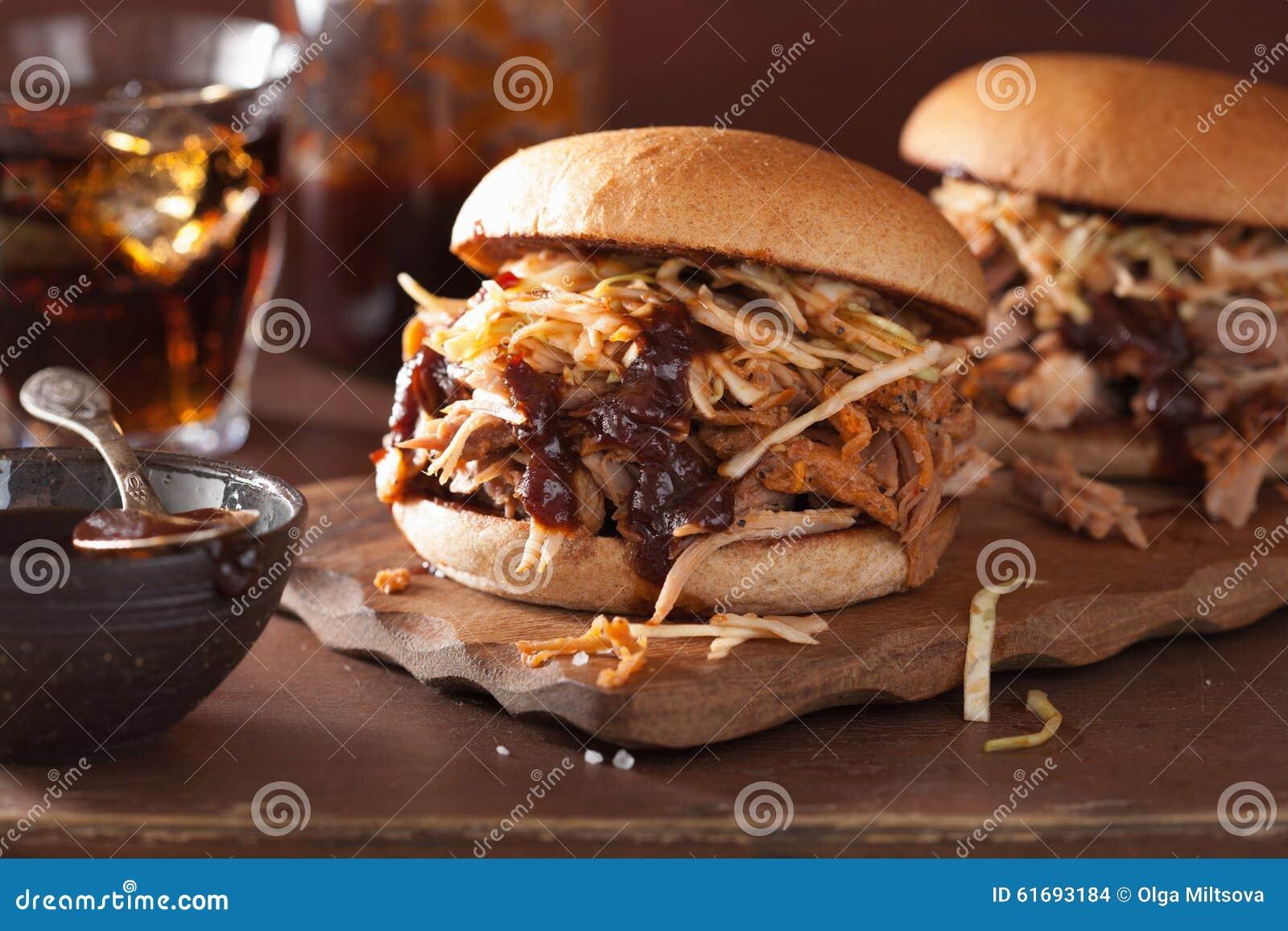 Eigengemaakte getrokken varkensvleeshamburger met koolsla en bbq saus