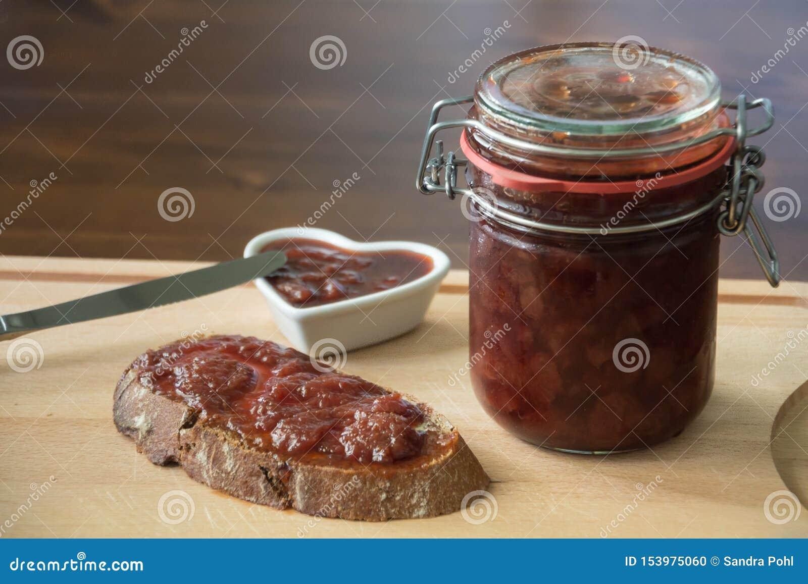 Eigengemaakte jam met brood en een mes