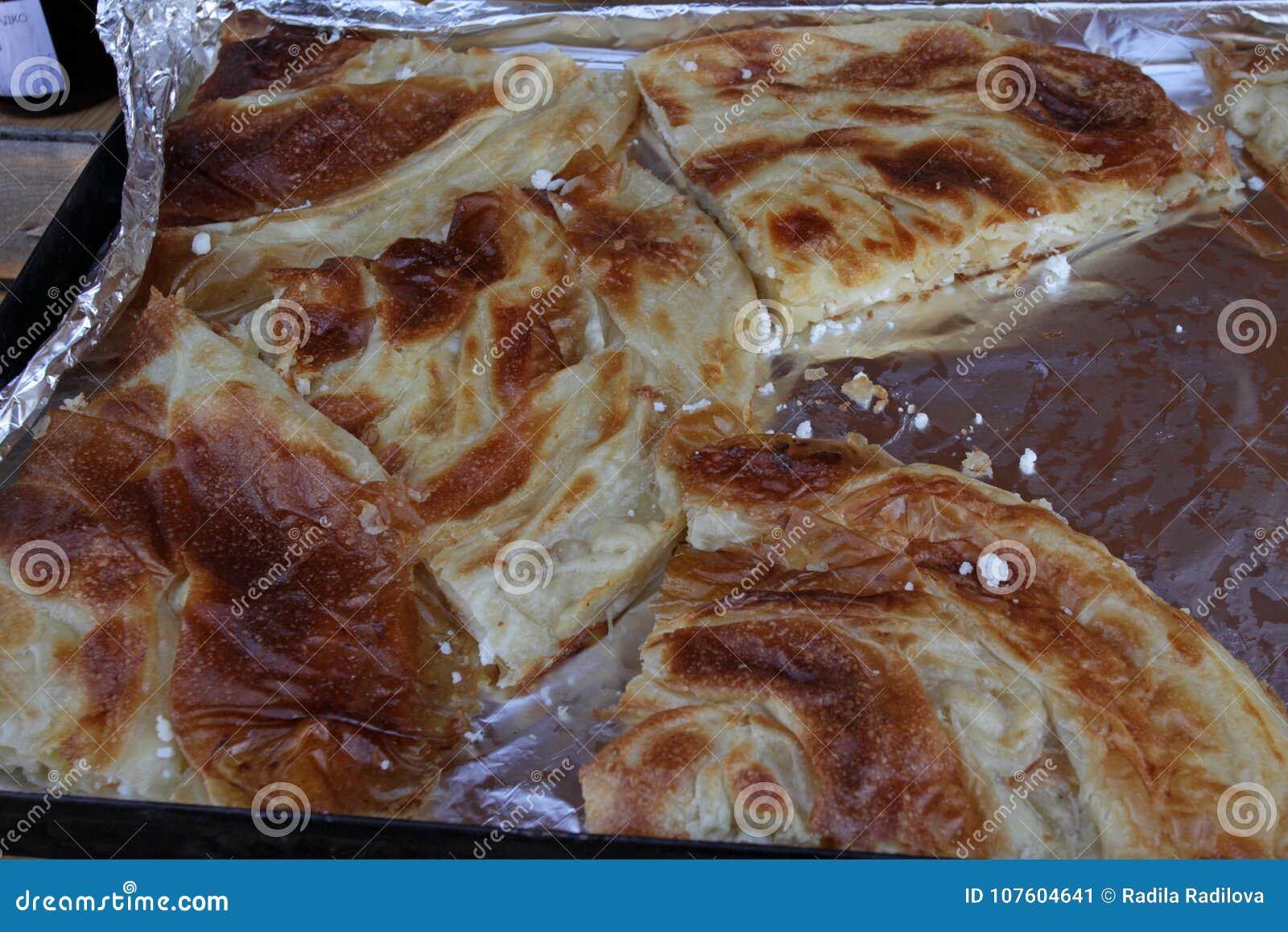 """Eigengemaakte kaas pastei†""""banitsa De verse gebakken traditionele witte pastei van de pekelkaas Met de hand gemaakt gekneed dee"""