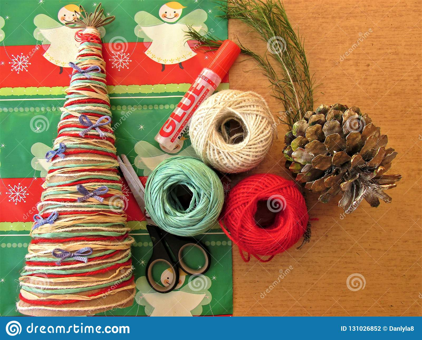 Eigengemaakte Kerstboom Hulpmiddelen en materialen om het ambachtswerk voor Kerstmis te doen