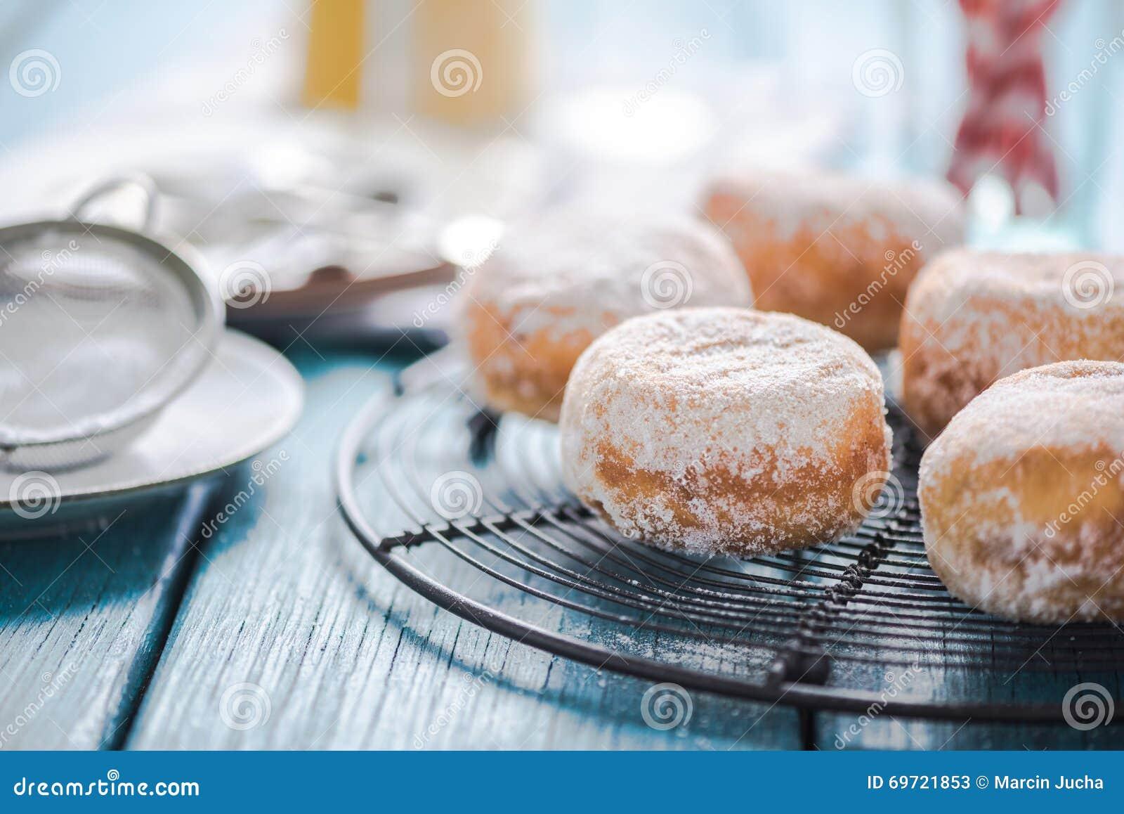 Eigengemaakte verse donuts bij het koelen van dienblad